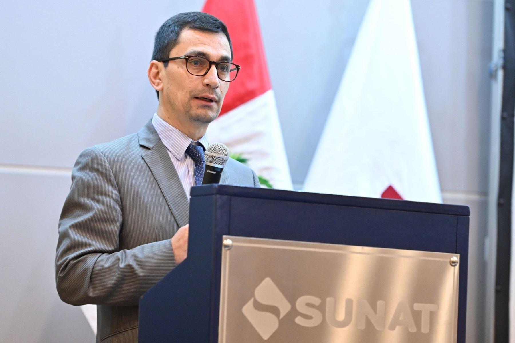 Gobierno ratifica a Luis Vera Castillo como jefe de la Sunat