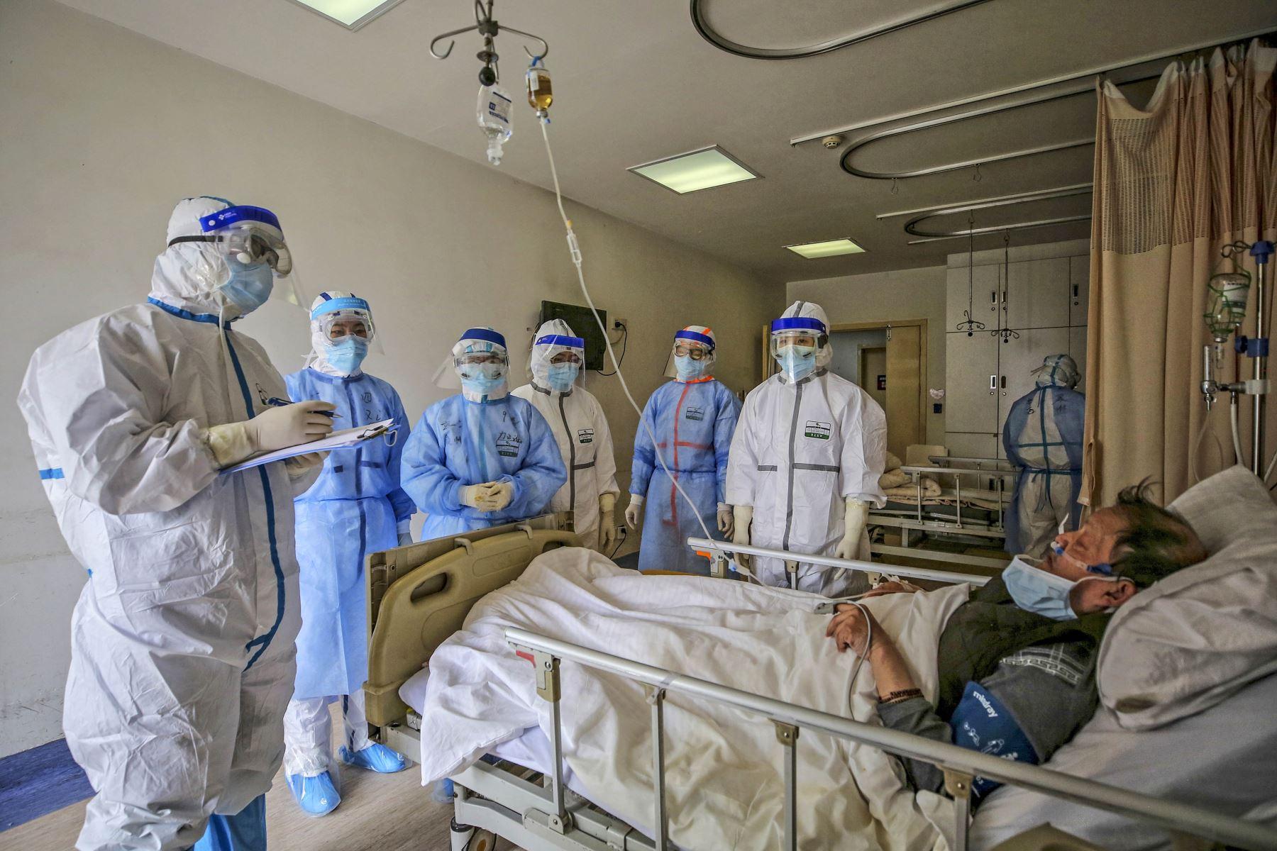 El personal médico habla con un paciente infectado por el coronavirus en Wuhan, China. Foto:AFP