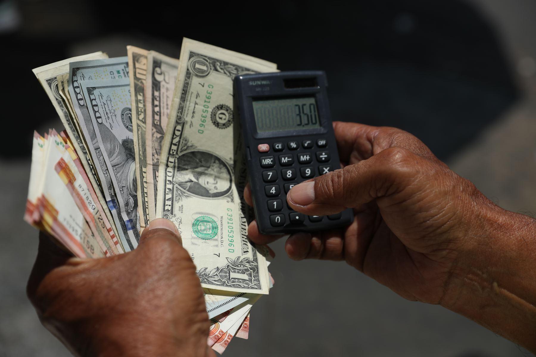 Dólar presenta baja al inicio de la jornada cambiaria en línea con la región