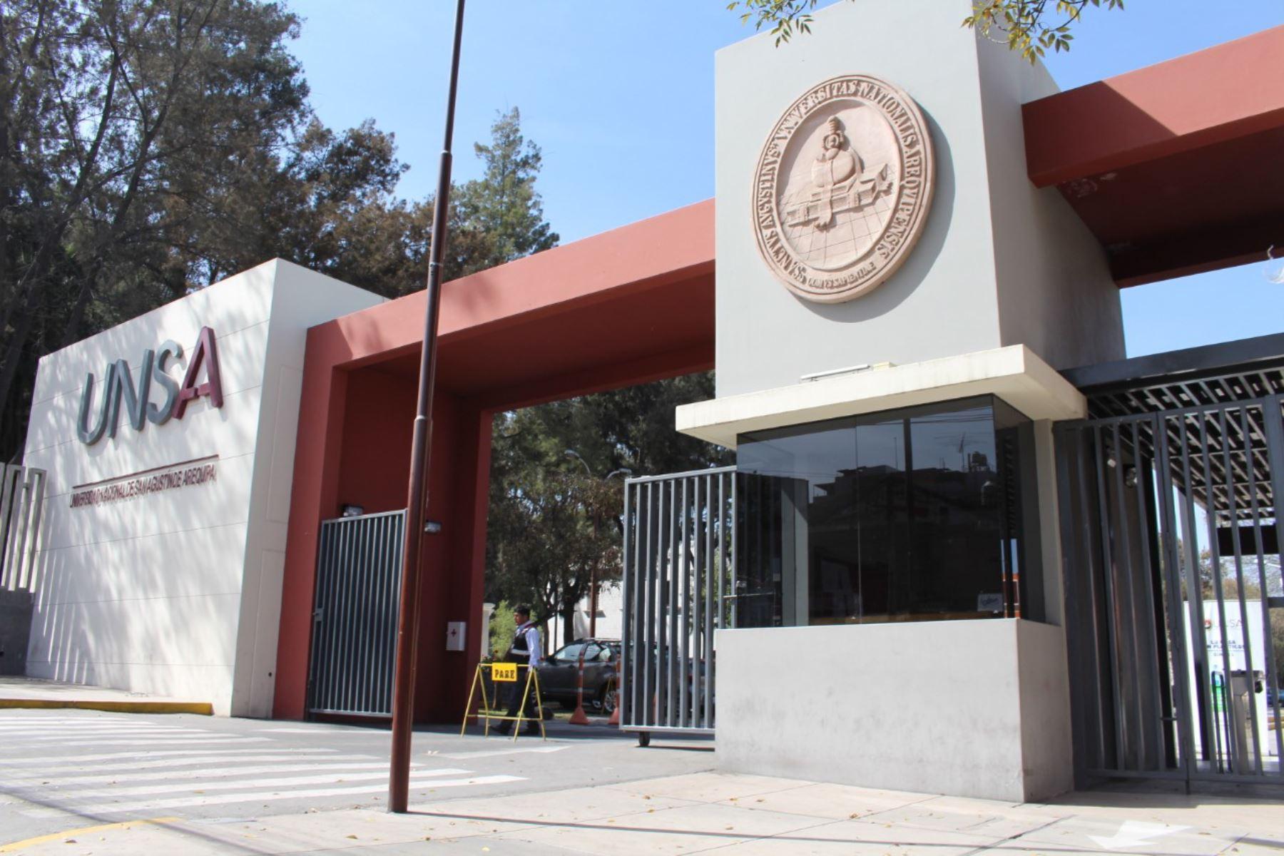 El ministro de Educación, Ricardo Cuenca, pidió a las universidades convertirse en agentes de desarrollo de las regiones. Foto: ANDINA/difusión.