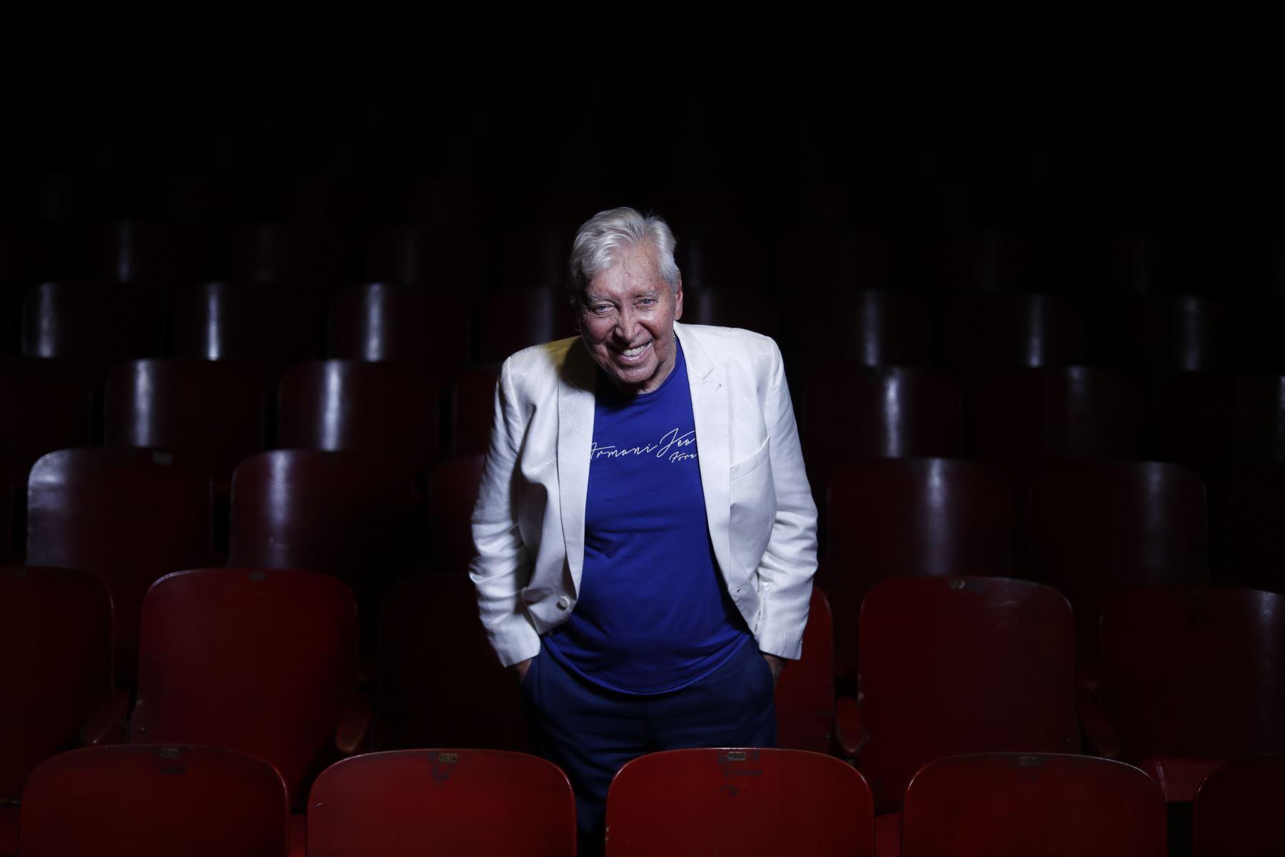 Osvaldo está solo en el mundo acompañado, únicamente, por más de 30 millones de peruanos que le agradecemos por revolucionar, con su trabajo, al teatro nacional. ANDINA/Renato Pajuelo