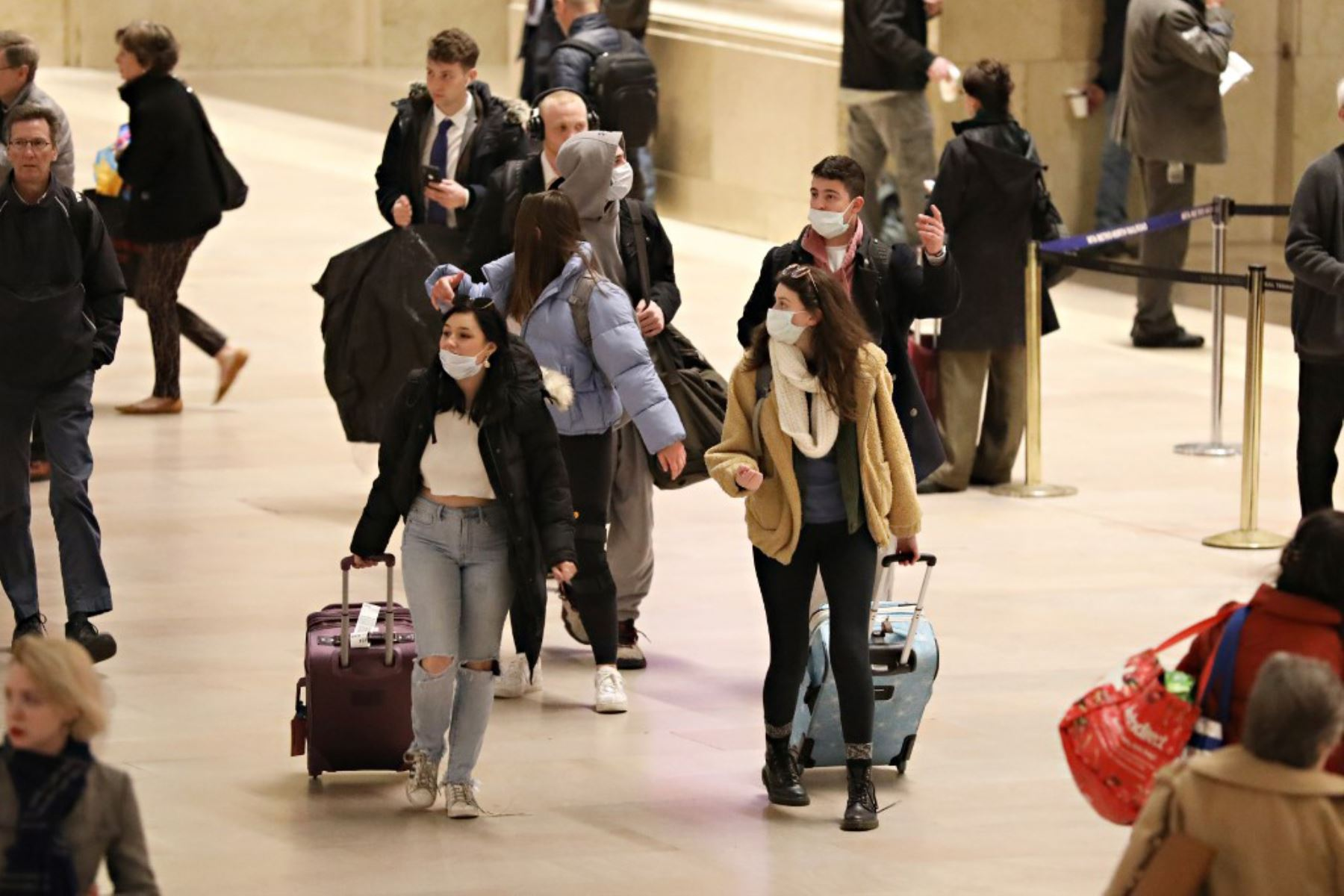 Viajeros usan máscaras en la ciudad de Nueva York. A medida que el coronavirus (COVID-19) continúa propagándose en los Estados Unidos. Foto: AFP