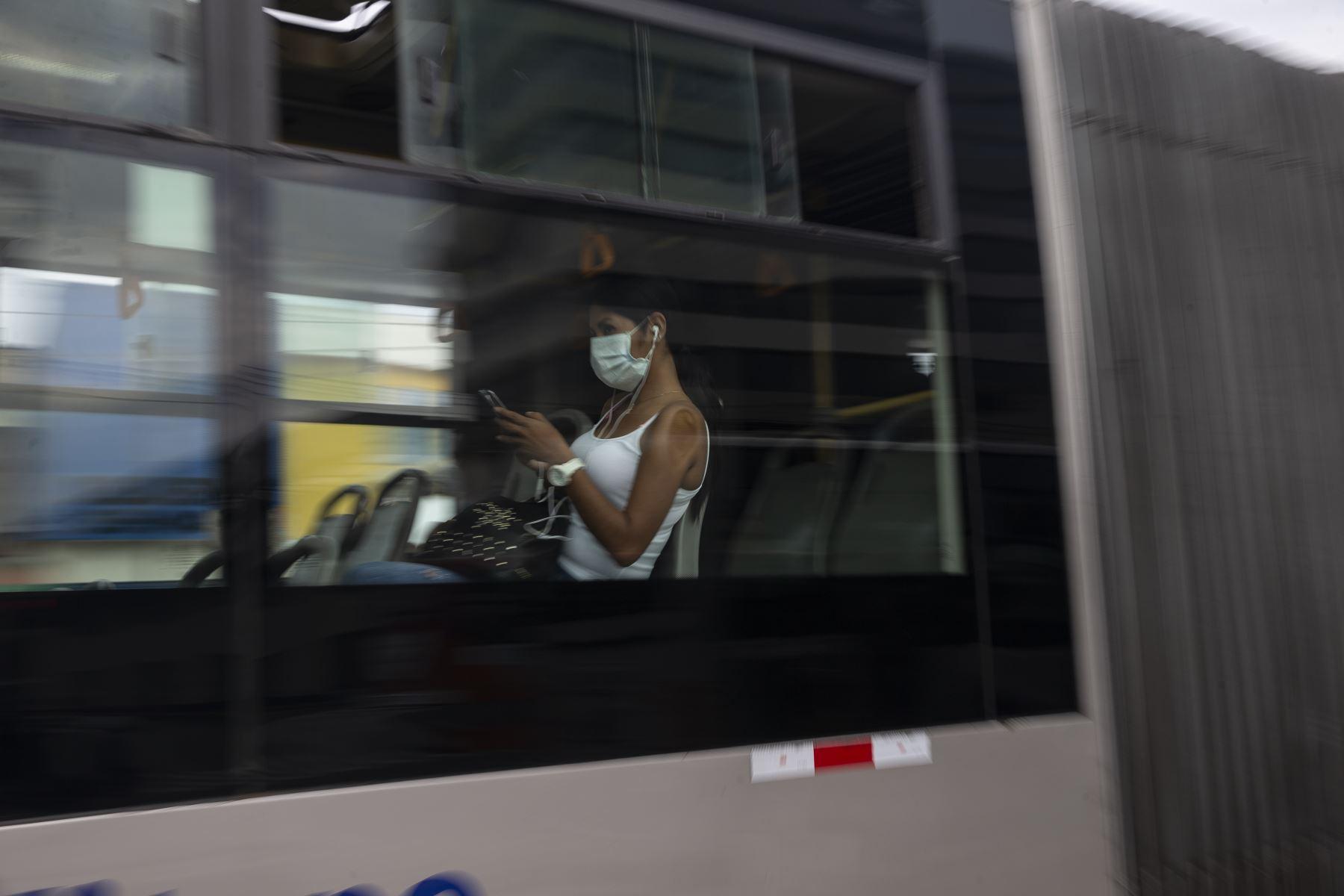 Durante el Estado de Emergencia, la Policía de Tránsito controla que los buses de transporte público no circulen repletos de pasajeros a fin de evitar el contagio por Coronavirus. También inspeccciona a los vehículos particulares. Foto: ANDINA/Jhonel Rodríguez Robles