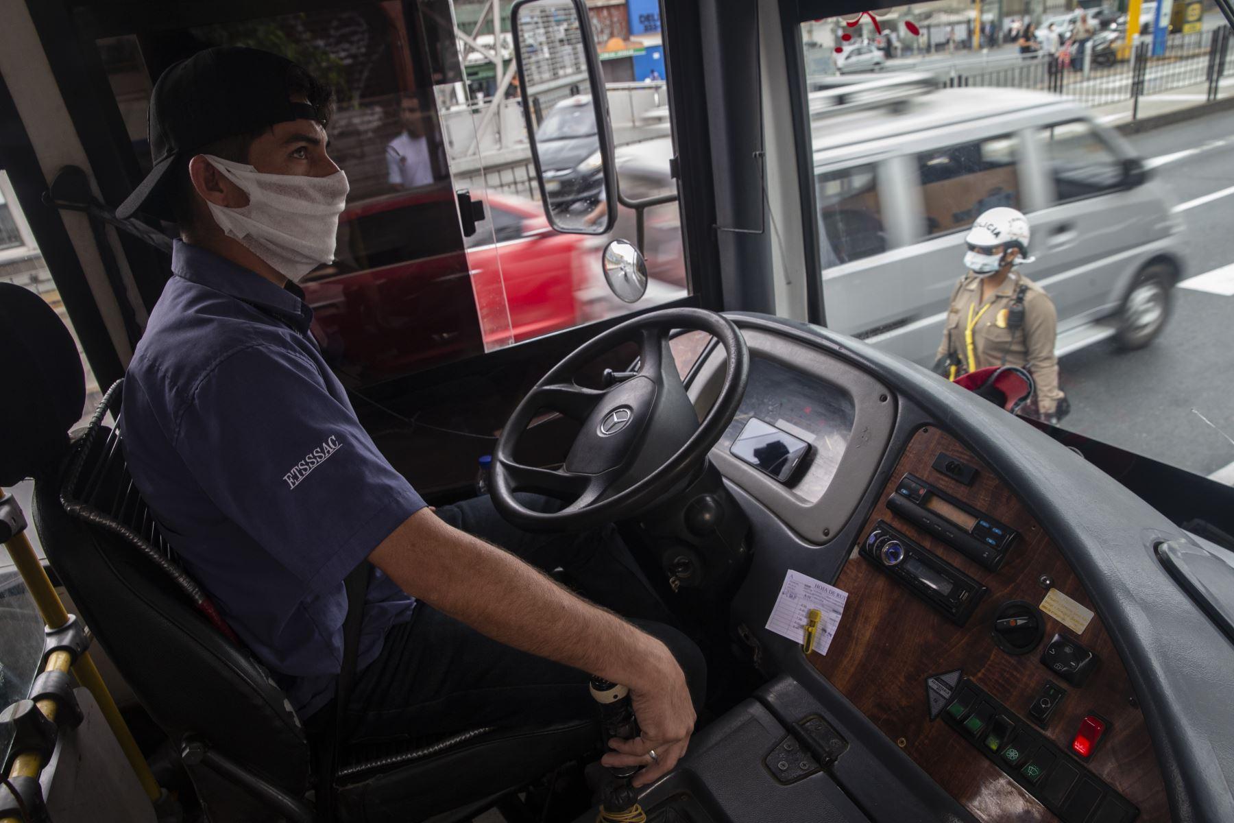 La Policía de Tránsito controla que los buses de transporte público no circulen repletos de pasajeros. También inspeccciona a los vehículos particulares. Foto: ANDINA/Jhonel Rodríguez Robles