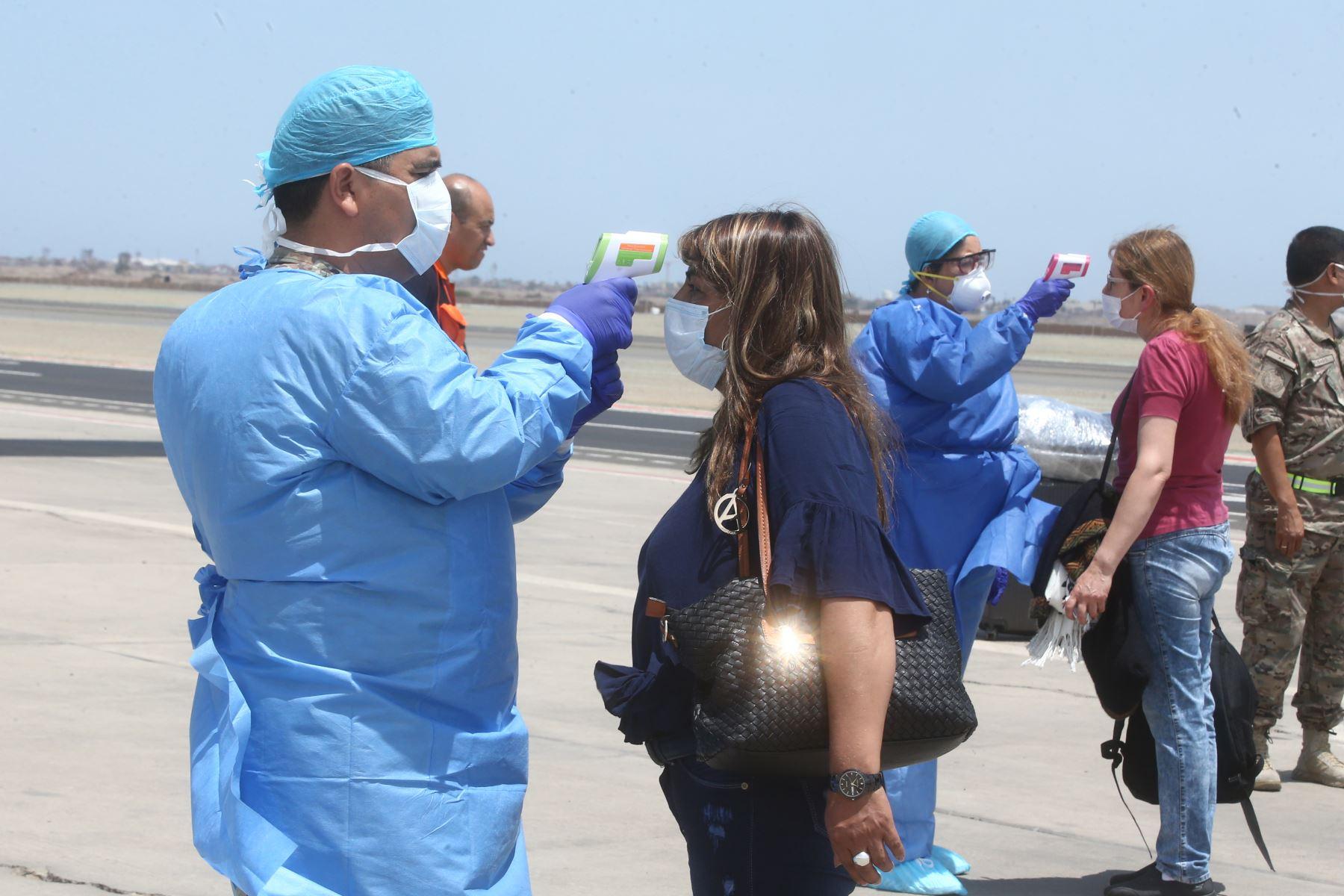 Fuerza Aérea inicia el traslado de pasajeros que perdieron vuelos de lineas comerciales. Decenas de ciudadanos llegaron a Grupo N°8. Foto: ANDINA/Vidal Tarqui