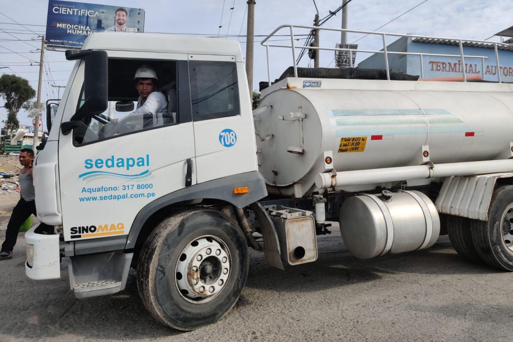 Cisternas de Sedapal llevarán agua a Lima Sur durante emergencia nacional.
