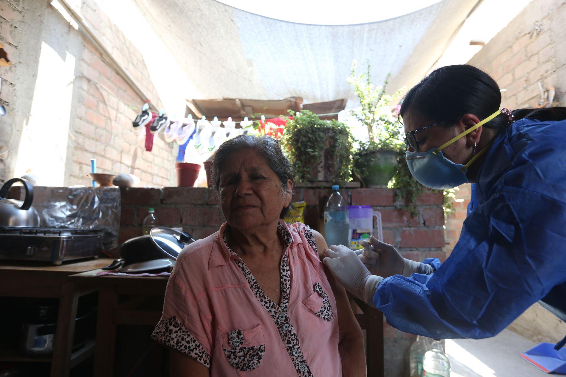 Pacientes de la tercera edad son vacunados contra el neumococo en sus domicilios ante la emergencia por la epidemia del coronavirus Covid-19. Foto: ANDINA/Jhonel Rodríguez Robles