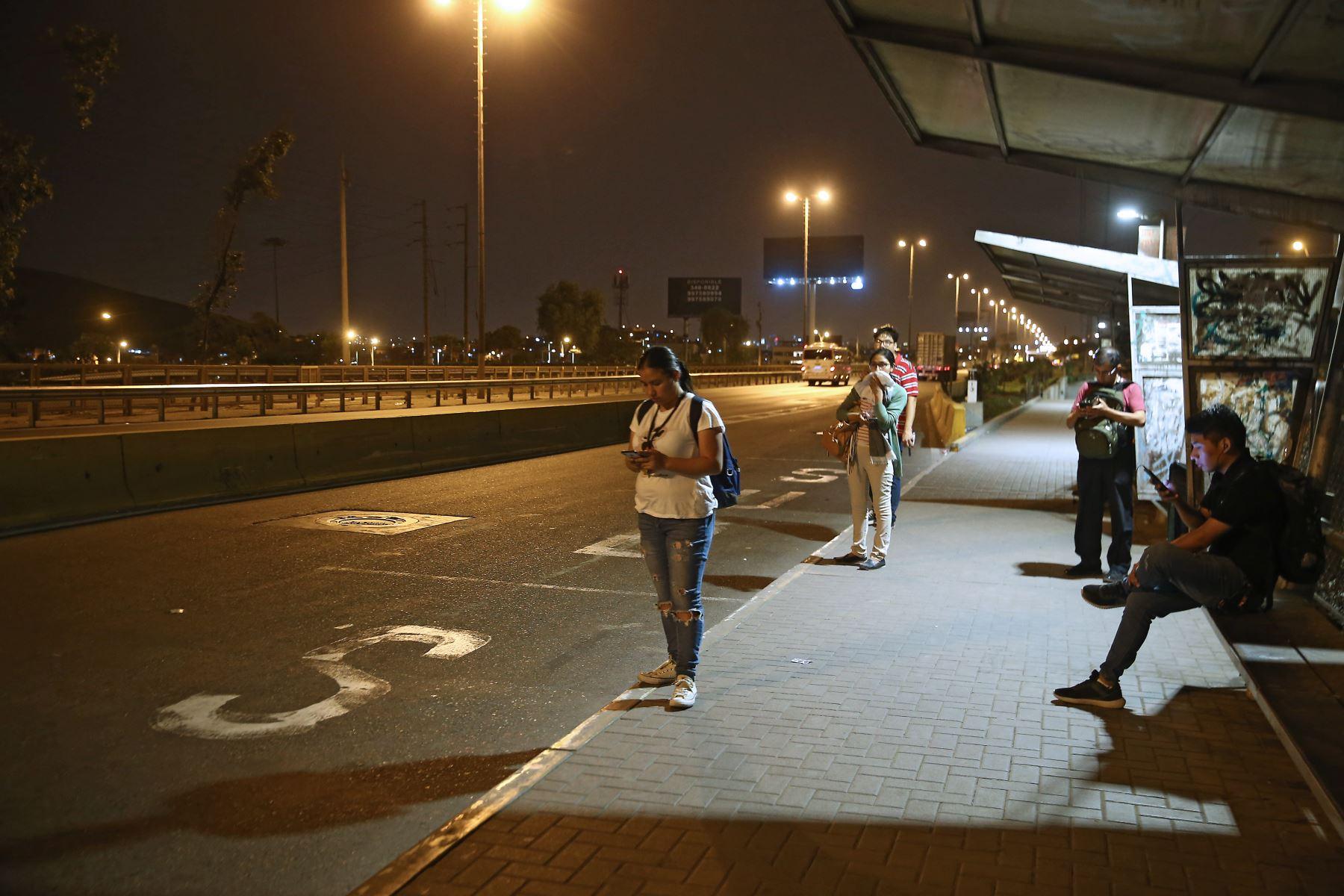 Pobladores de la Panamericana Sur Puente Alipio Ponce. acatan la Inmovilización social obligatoria desde las 20:00 hasta las 05:00 horas.  Foto: ANDINA/Vidal Tarqui