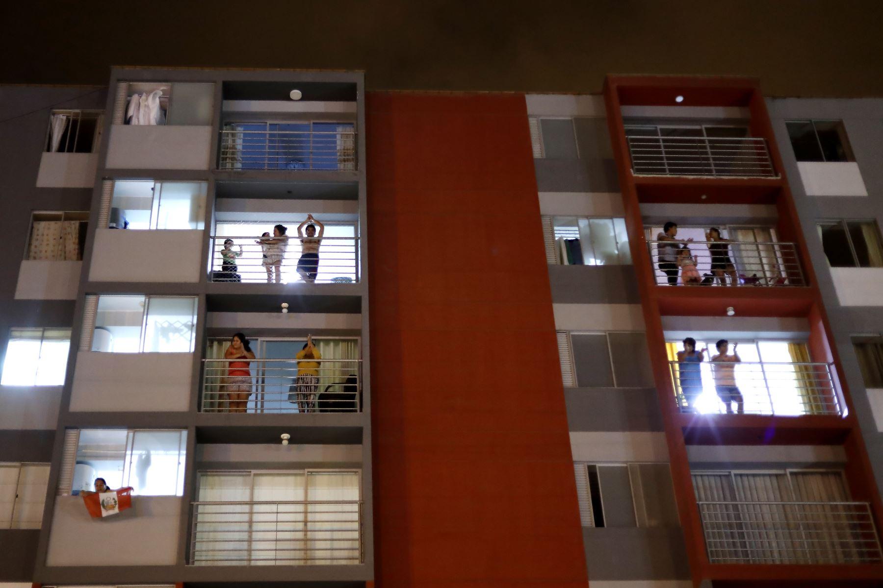 Peruanos aplauden y cantan himno Nacional  desde sus balcones en apoyo al personal de salud y las fuerzas del orden, durante la Inmovilización social obligatoria. Foto: ANDINA/Renato Pajuelo