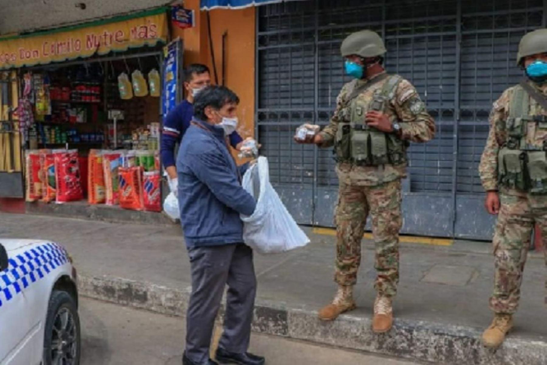 Autoridades, grupos civiles y hasta los mismos transeúntes no han dudado en organizarse para proveer desayunos, alimentos e implementos a las fuerzas del orden y personal de Salud.