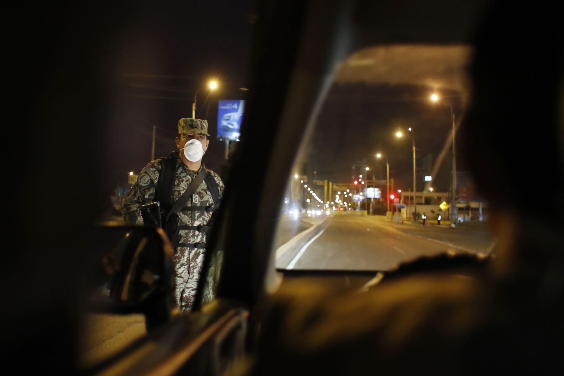 Pobladores de Chorrillos acatan la Inmovilización social obligatoria desde las 20:00 hasta las 05:00 horas. Foto: ANDINA/Renato Pajuelo