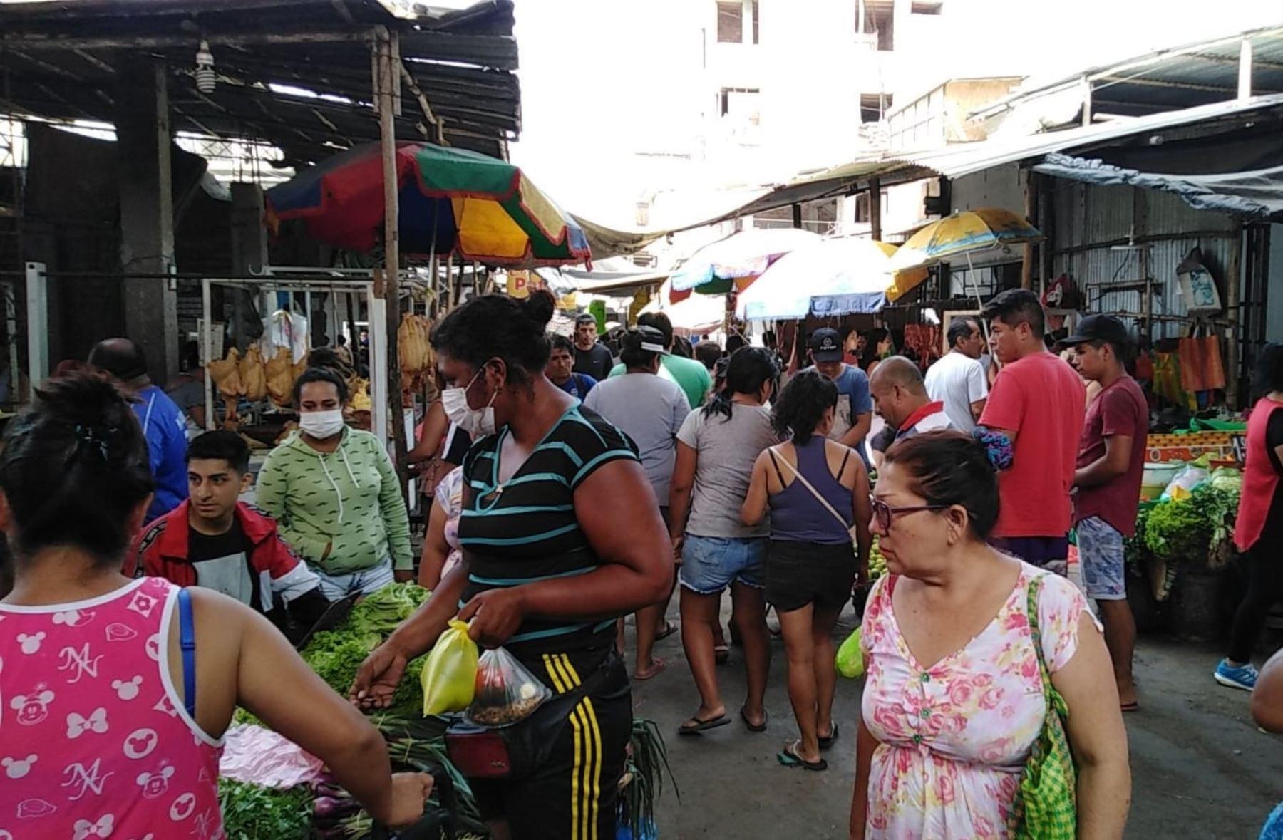 La aglomeración de las personas en los mercados es una de las preocupaciones de las autoridades regionales de La Libertad. ANDINA/Difusión
