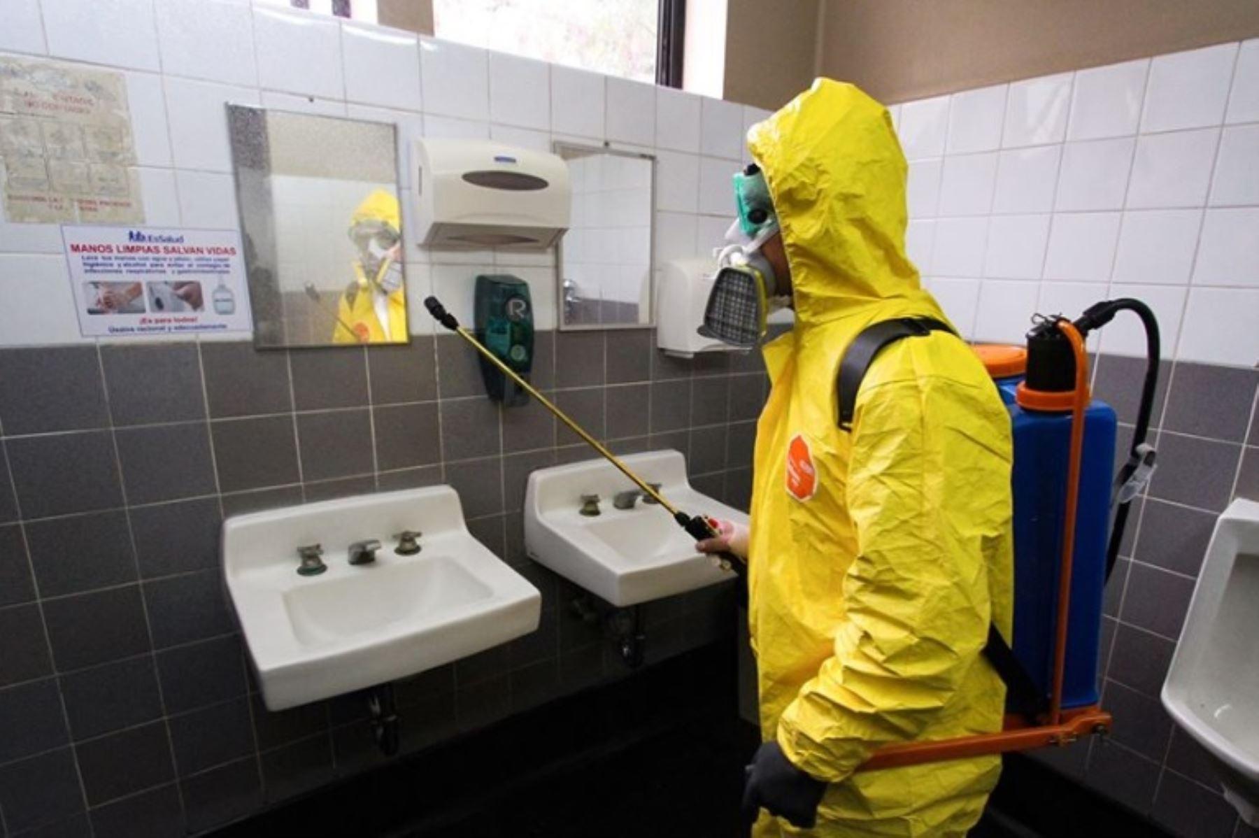 Los ambientes de los hospitales de contingencia Antonio Lorena y Adolfo Guevara del Seguro Social de Salud (EsSalud) de la ciudad del Cusco fueron fumigados y desinfectados por especialistas y trabajadores del Gobierno Regional del Cusco.