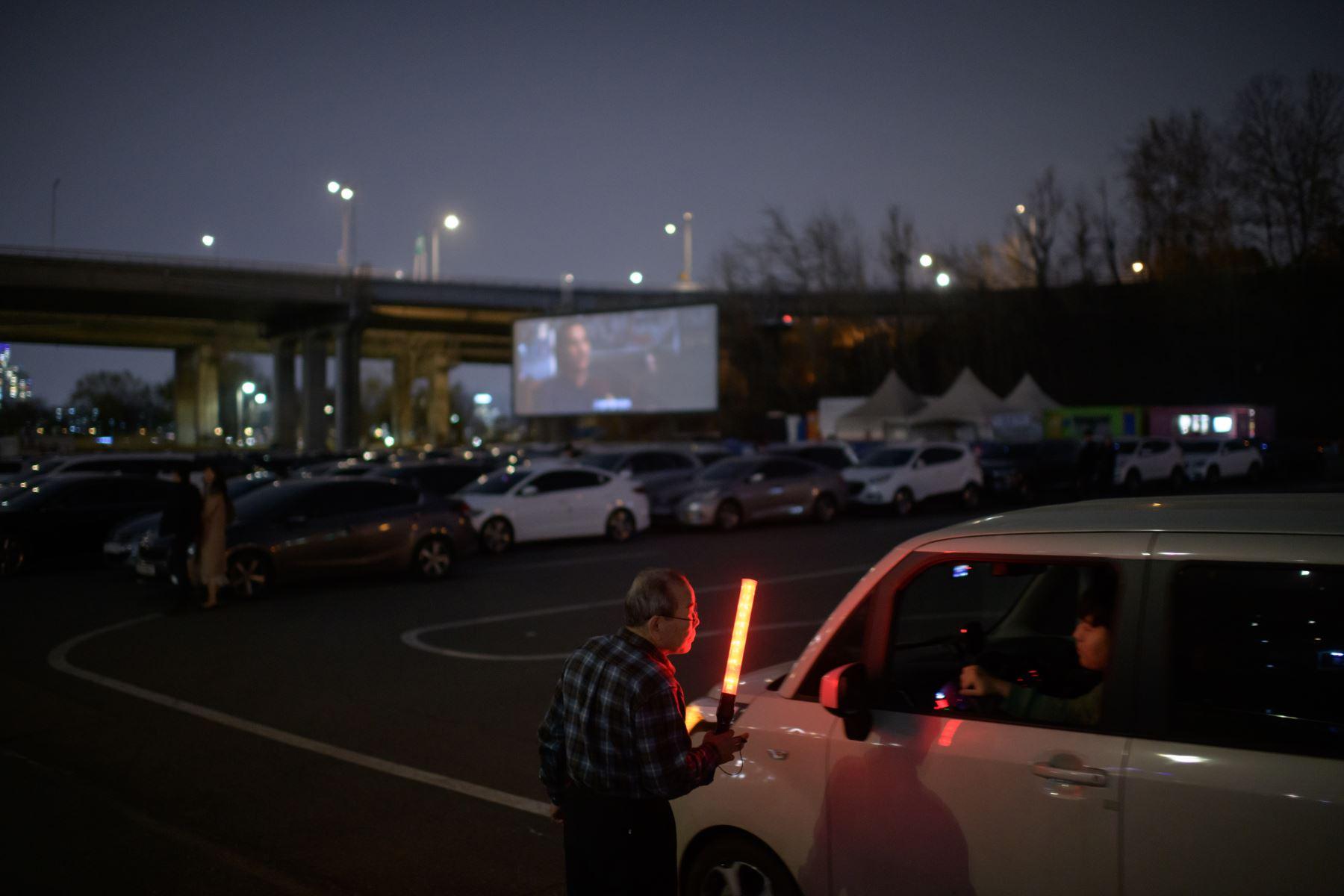 Una larga fila de autos se forma frente a un cine en Seúl, mientras los surcoreanos buscan espacios más seguros para disfrutar de una película sin el riesgo de contraer el coronavirus. Foto: AFP