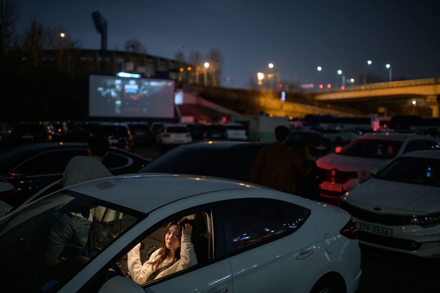 Corea del Sur experimenta con auto-cine para evitar riesgos de contraer coronavirus. Foto: AFP