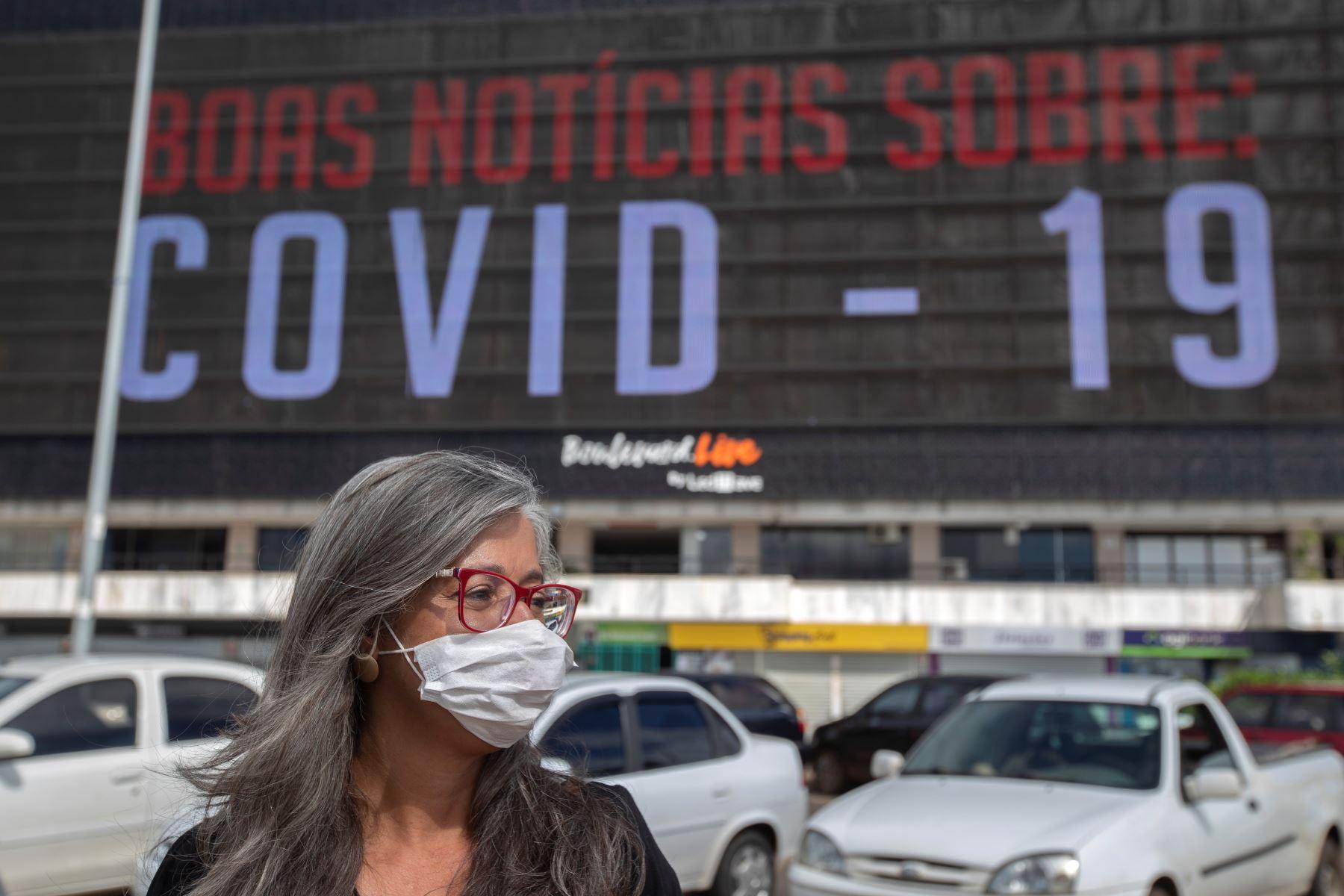 En panel gigante se anuncia noticias sobre el covid-19 este lunes en Brasilia, Brasil, el país latinoamericano más afectado por la pandemia. Foto: EFE