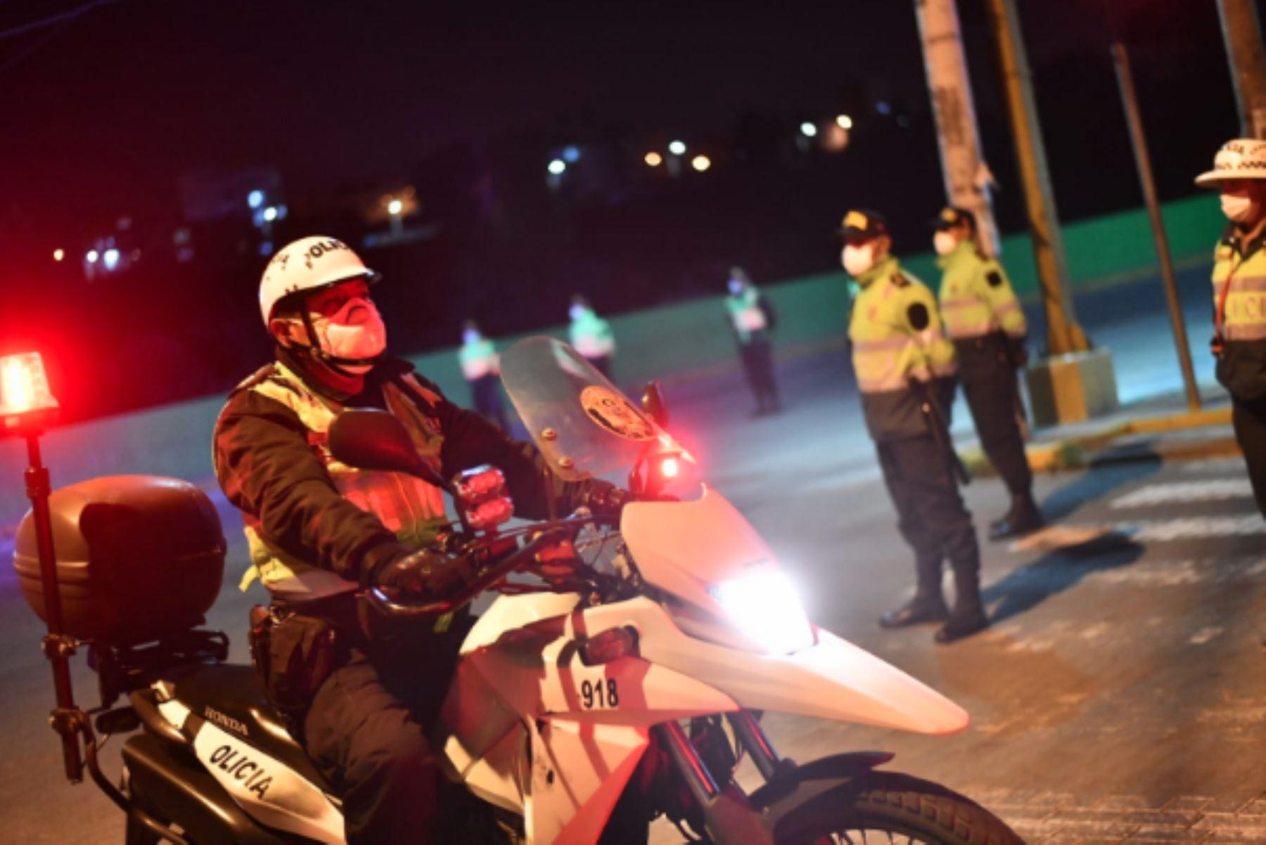 El Gobierno dispuso que la inmovilización social obligatoria o toque de queda en las regiones de Arequipa, Áncash, Ica, Junín, Lambayeque, Lima provincias, Piura y Tacna regirá desde las 19:00 hasta las 04:00 horas.