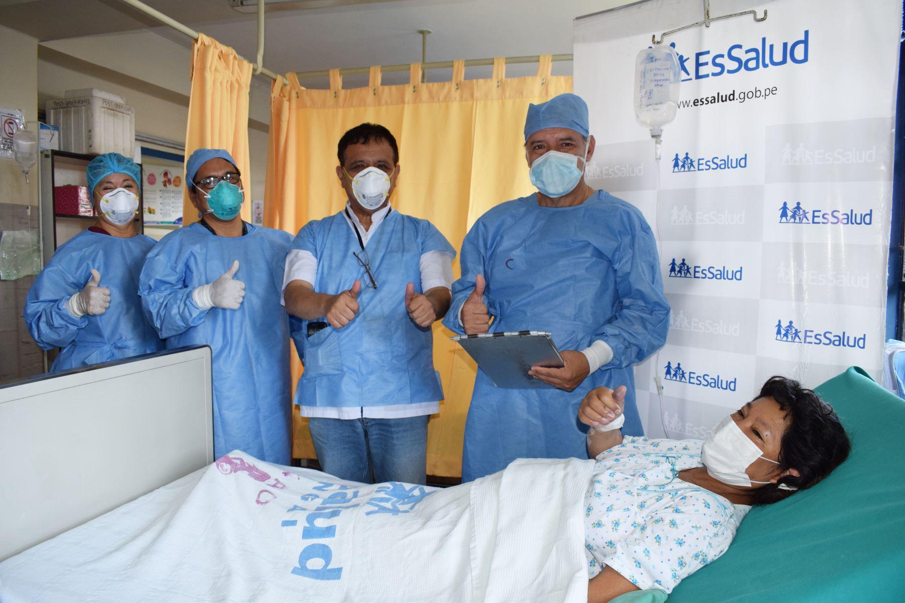 Maritza  Mollo Huillca y Segundo  Huayta Bardales, padres primerizos de los tres pequeños niños, se mostraron profundamente agradecidos con todo el personal del Hospital Almenara. Foto:ANDINA/Essalud
