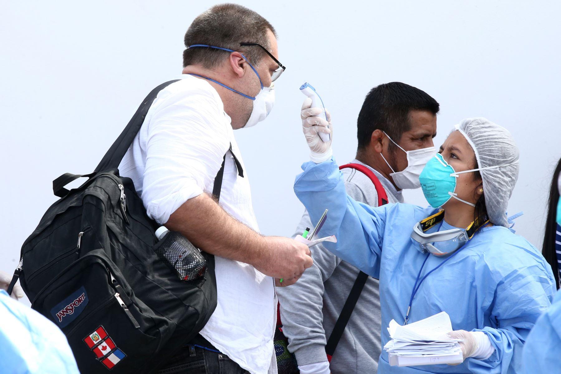 Ciudadanos peruanos retornan del aeropuerto de Miami, tras gestión del Estado. Foto: ANDINA/Vidal Tarqui