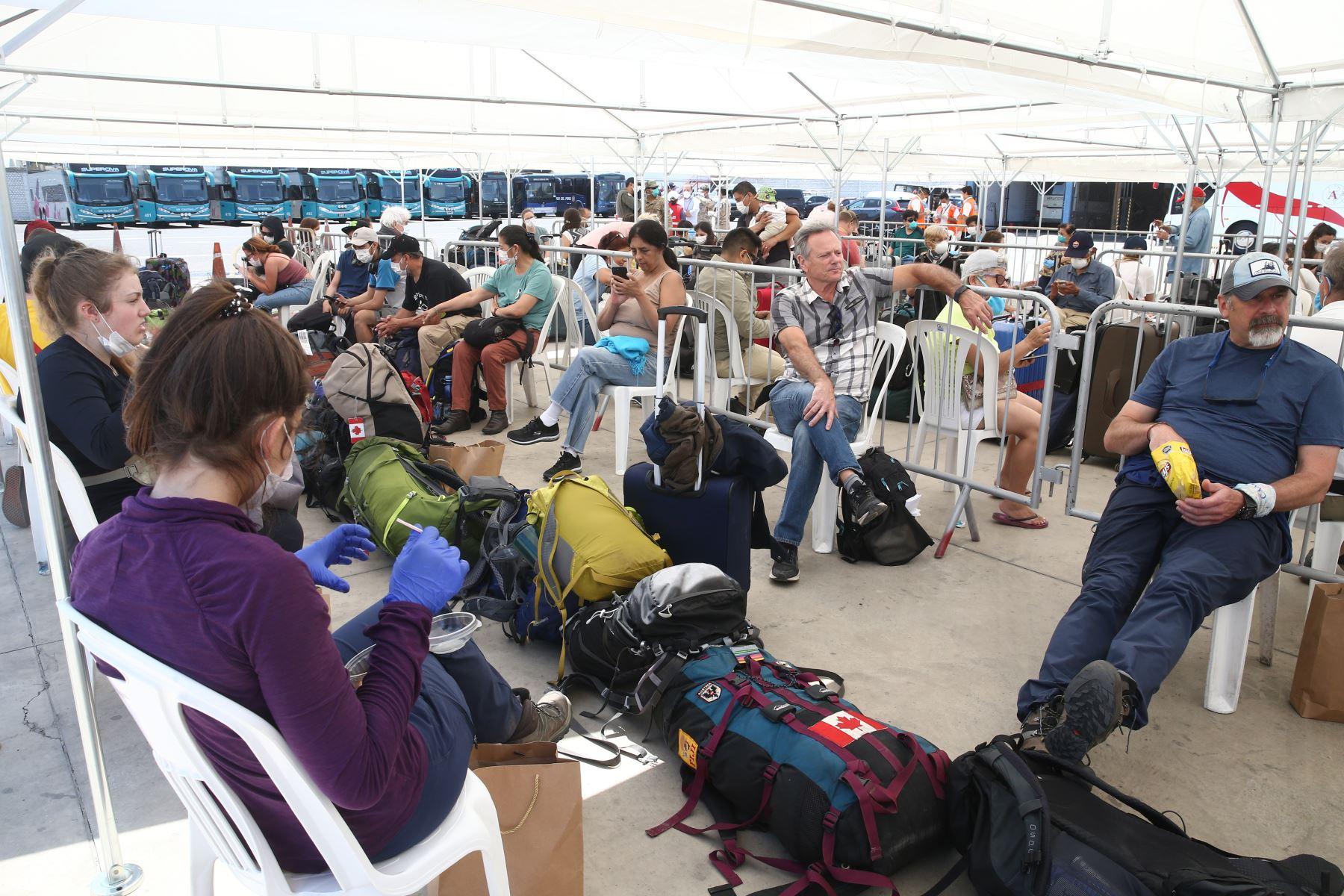 Canadienses retornan a su país. Foto: ANDINA/Vidal Tarqui