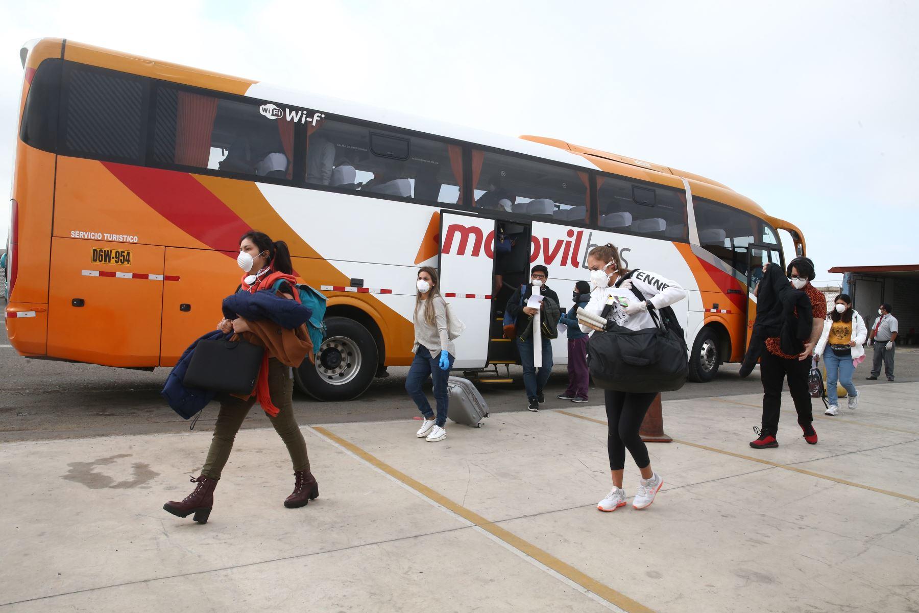 Tras un esfuerzo conjunto de gobiernos, estudiantes peruanos llegan al Perú tras pasar varios días en Estados Unidos sin poder movilizarse tras el cierre de fronteras. Foto: ANDINA/Vidal Tarqui