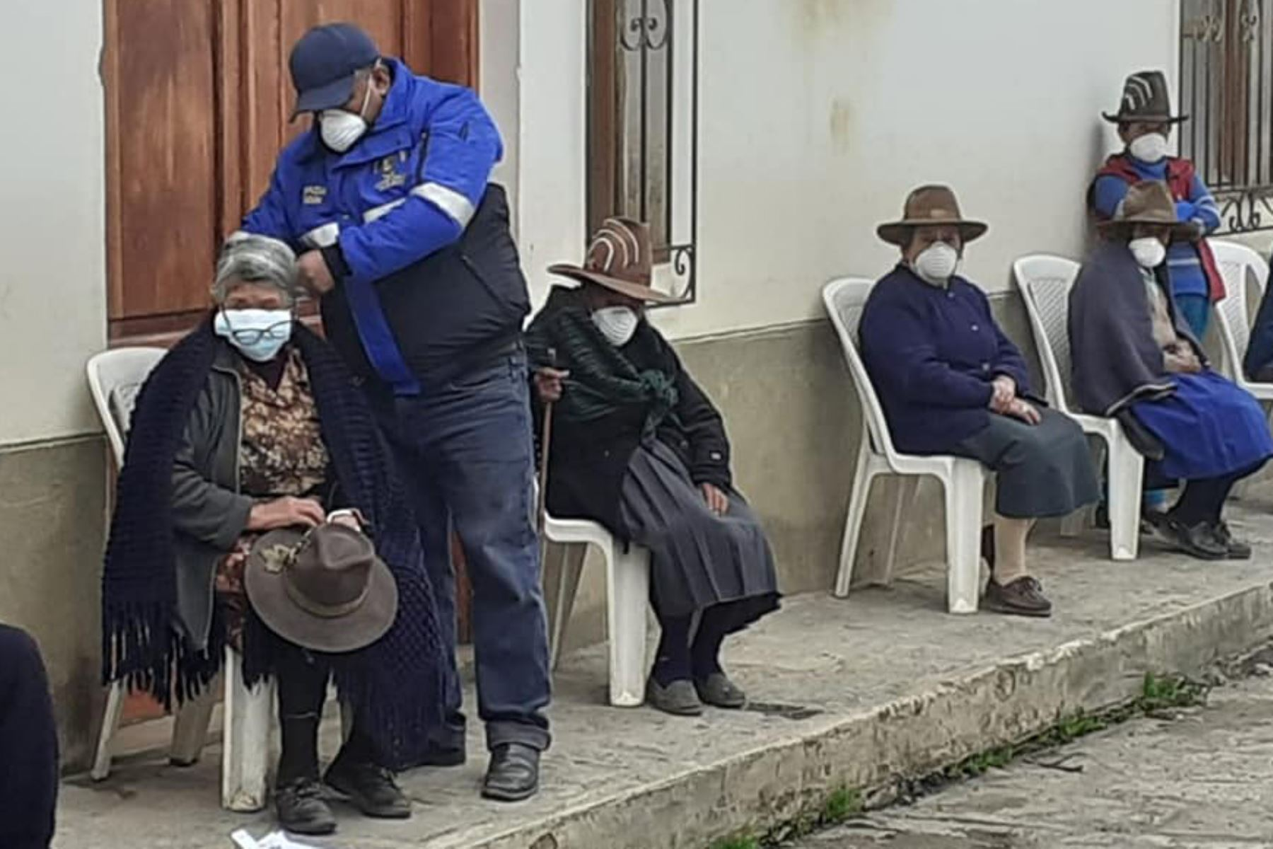 Los beneficiarios de Pensión 65 en la sierra de Áncash recibieron mascarillas para protegerse del coronavirus. Foto: Cortesía Gonzalo Horna