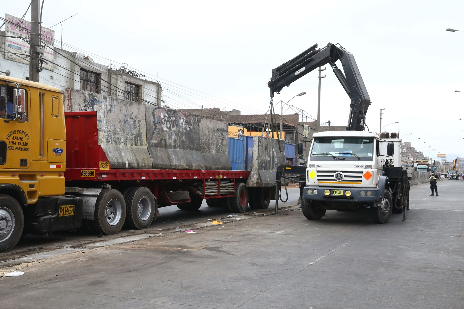 Municipalidad de Lima y la PNP realizaron la remoción de bloques de cemento que durante años había servido para que los ambulantes lotizaran diferentes sectores en la  Av. Nicolas Ayllon. Foto: ANDINA/Vidal Tarqui