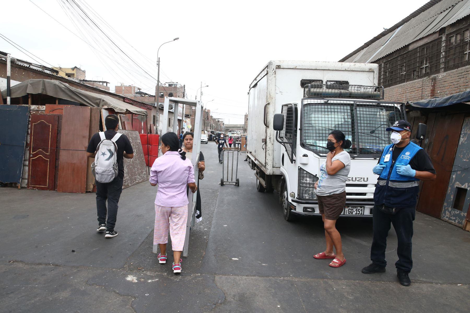 """Municipalidad de la Victoria con apoyo de la PNP  realizó  esta mañana el desalojo de comerciantes ambulantes y """"cachineros"""" en la Av. Nicolas Ayllon. Foto: ANDINA/Vidal Tarqui"""