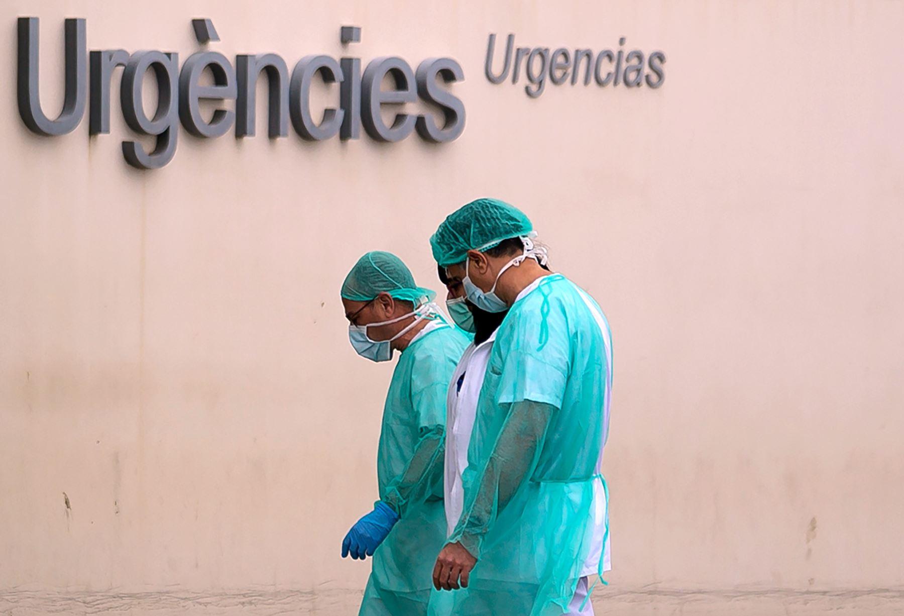 Un grupo de médicos vuelven a trabajar después de un descanso en el hospital La Fe el 25 de marzo de 2020, en Valencia, España. Foto: AFP