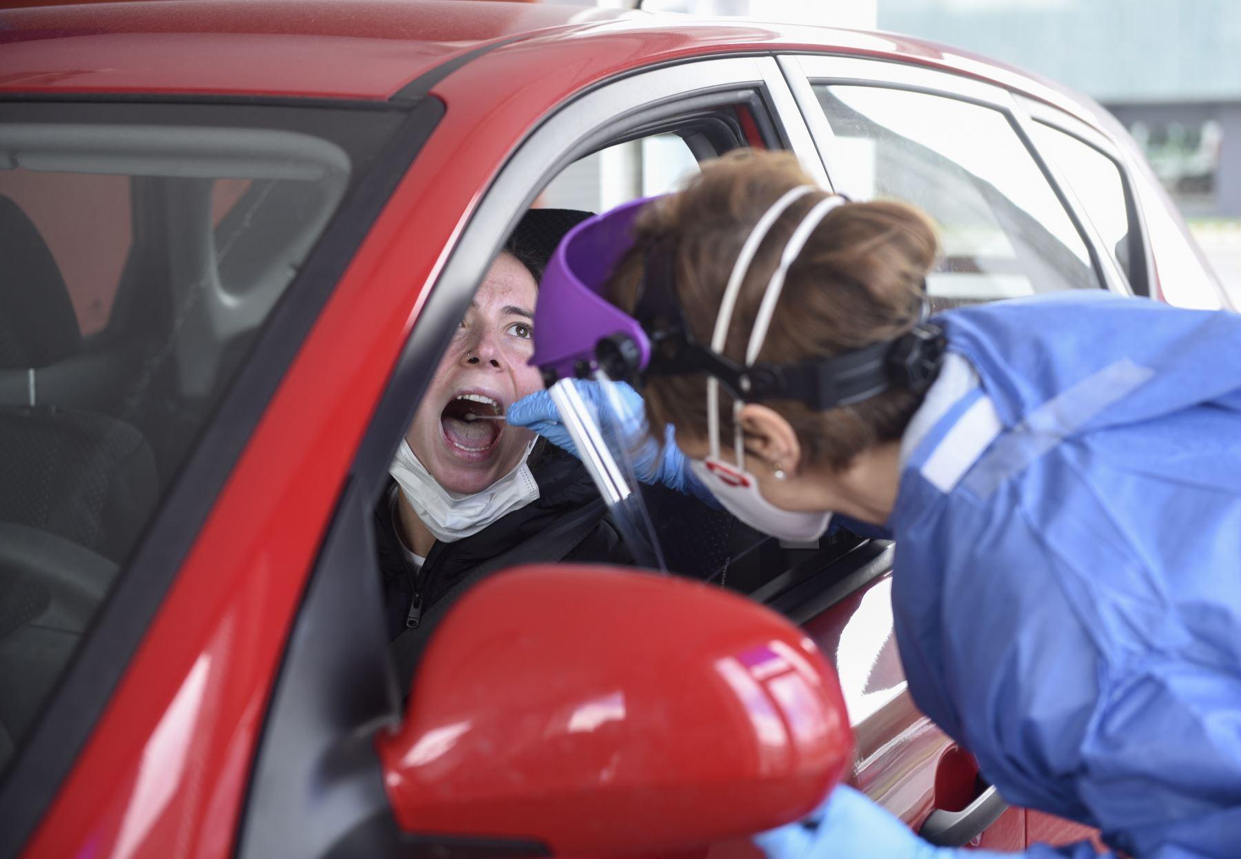 Un trabajador de la salud vestido con ropa protectora toma muestras de un conductor en un centro de pruebas de detección de la enfermedad COVID-19 en el Hospital Donostia en San Sebastián. La cifra de muertes por coronavirus en España superó a la de China, llegando a 3.434 después de 738 personas murieron en las últimas 24 horas, dijo el gobierno. Foto: AFP