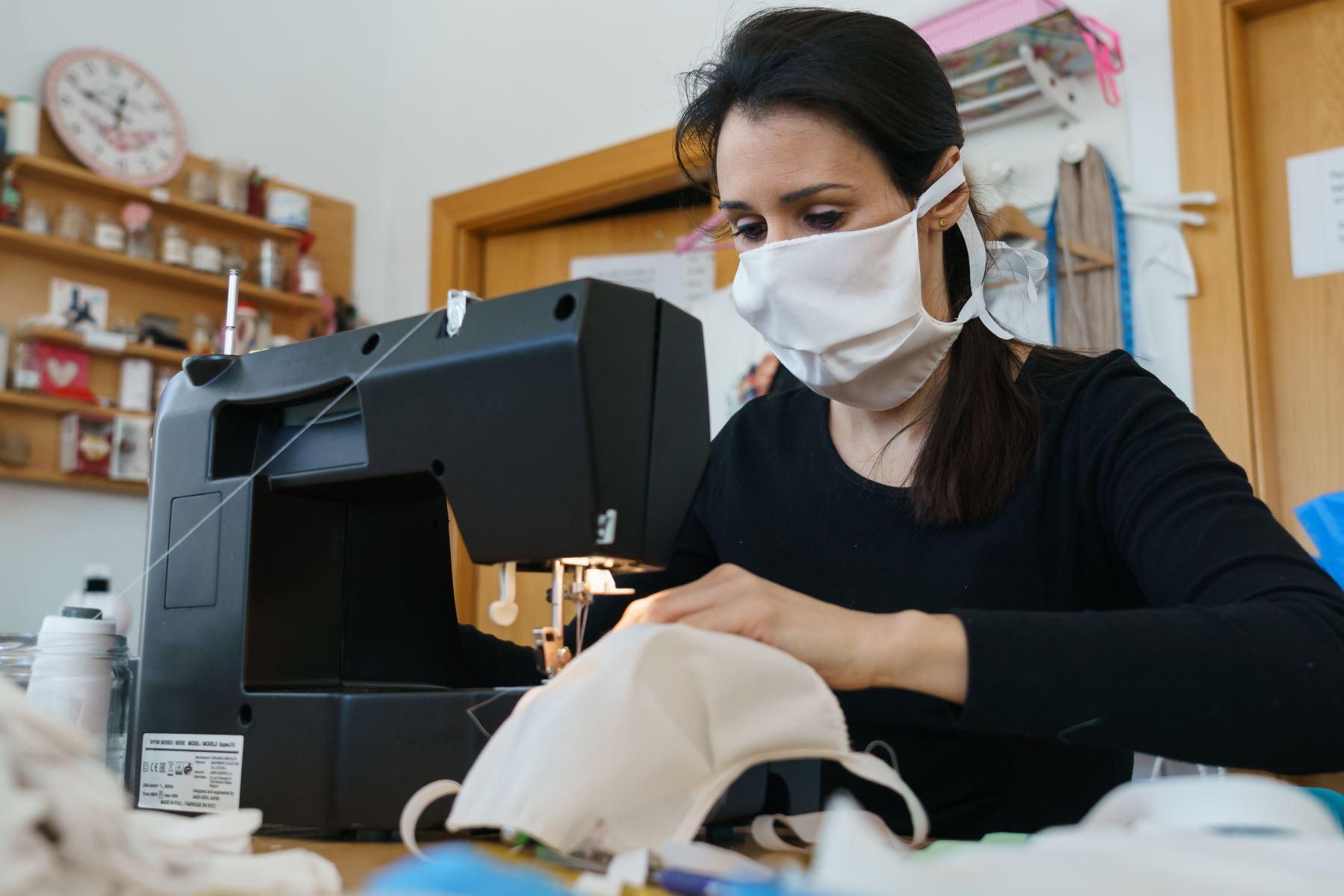 Una mujer cose máscaras faciales hechas a mano en un taller en Burgos, al norte de España en medio de las preocupaciones por el brote de coronavirus COVID-19. Otras 514 personas murieron en España en las últimas 24 horas, elevando el número de muertos a 2,696, ya que el número de infecciones aumentó a 40,000, dijo el gobierno. Foto: AFP