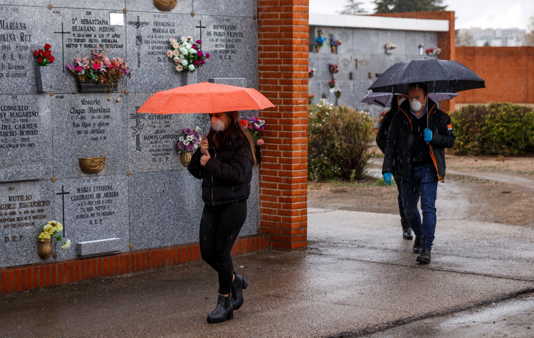 Personas con máscaras faciales llegan al cementerio municipal del sur de Madrid para asistir al entierro de un hombre que murió por el nuevo coronavirus. El número de muertos por coronavirus en España aumentó a 2.182 después de que 462 personas murieron en 24 horas, dijo el ministerio de salud. Foto: AFP