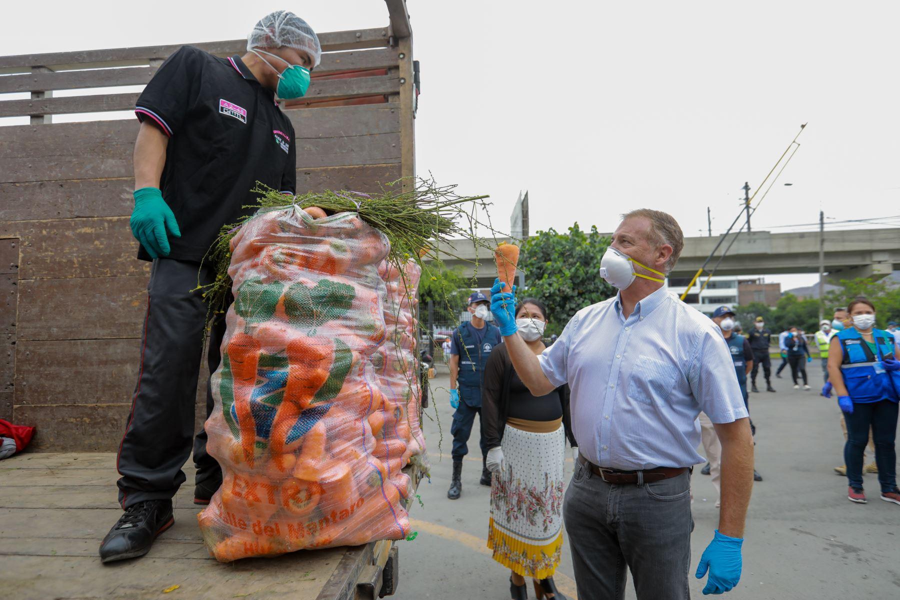 El alcalde Lima supervisó el primer abastecimiento descentralizado de productos de primera necesidad ubicado en San Juan de Lurigancho para comerciantes minoristas del distrito. . ANDINA/Difusión