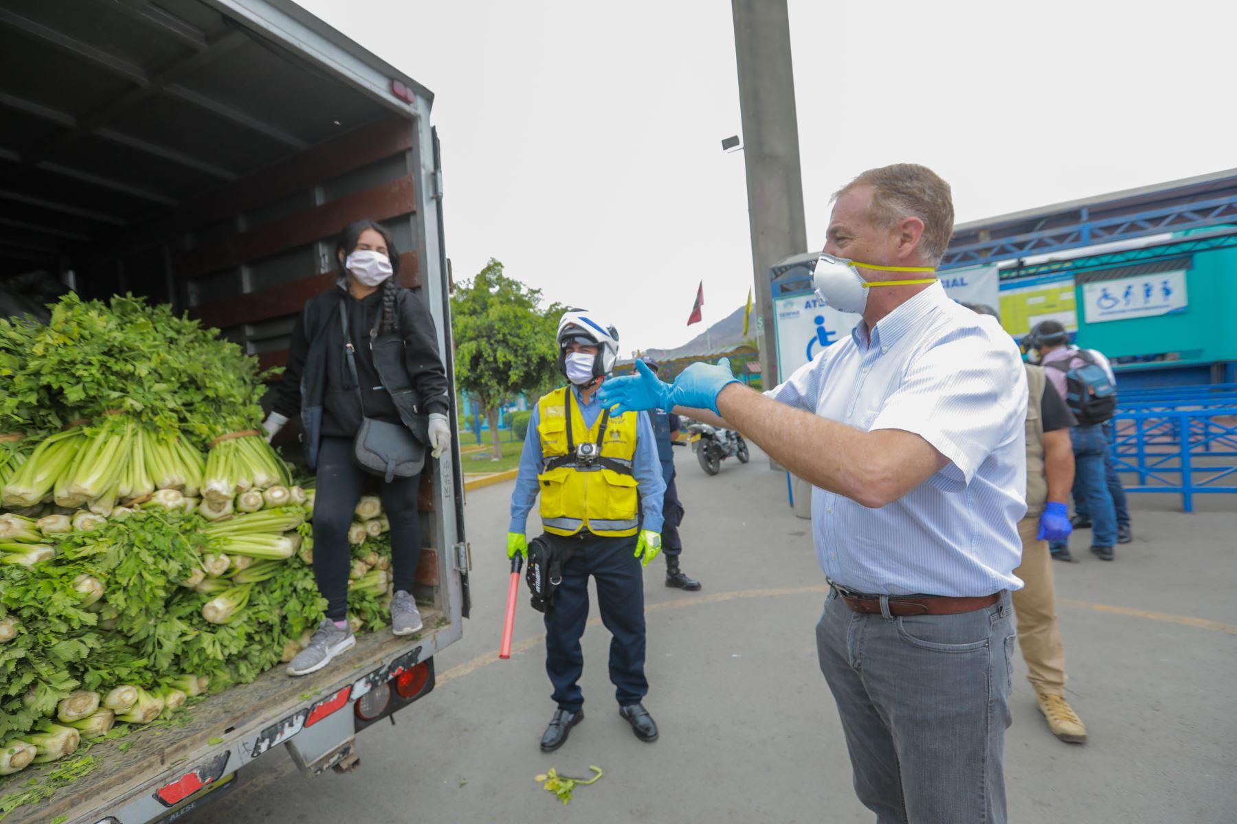 El alcalde de Lima, Jorge Muñoz, supervisó la implementación del primer punto de abastecimiento descentralizado en el club zonal Huiracocha, el cual suministrará de alimentos de primera necesidad a los más de 100 mercados minoristas del distrito de San Juan de Lurigancho. Foto: ANDINA/ Municipalidad de de Lima