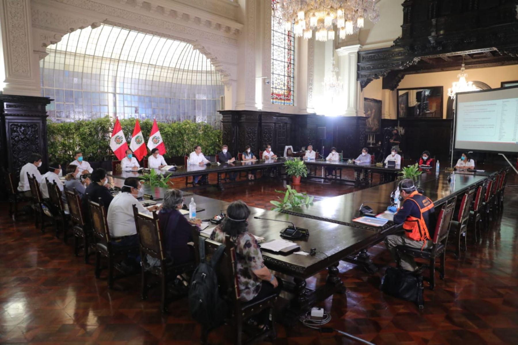 El presidente de la República, Martín Vizcarra, y el jefe del Gabinete Ministerial, Vicente Zeballos, informan las medidas del estado de emergencia nacional. Foto: ANDINA/ Prensa Presidencia