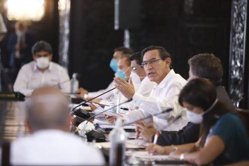 El Presidente de la República, Martín Vizcarra, y el jefe del Gabinete Ministerial, Vicente Zeballos, informan las medidas del estado de emergencia nacional