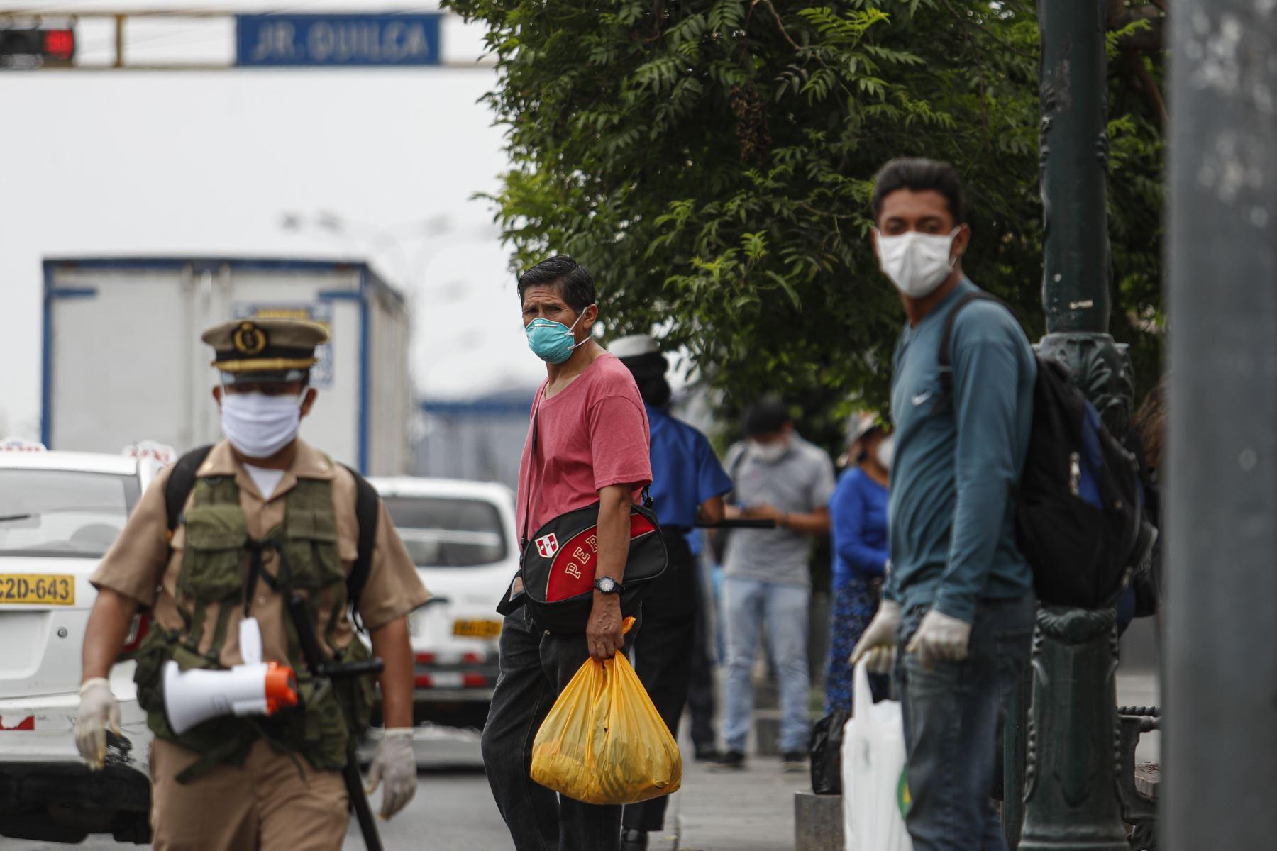 Personas caminan utilizando mascarillas por Centro de Lima. Foto: ANDINA/Renato Pajuelo