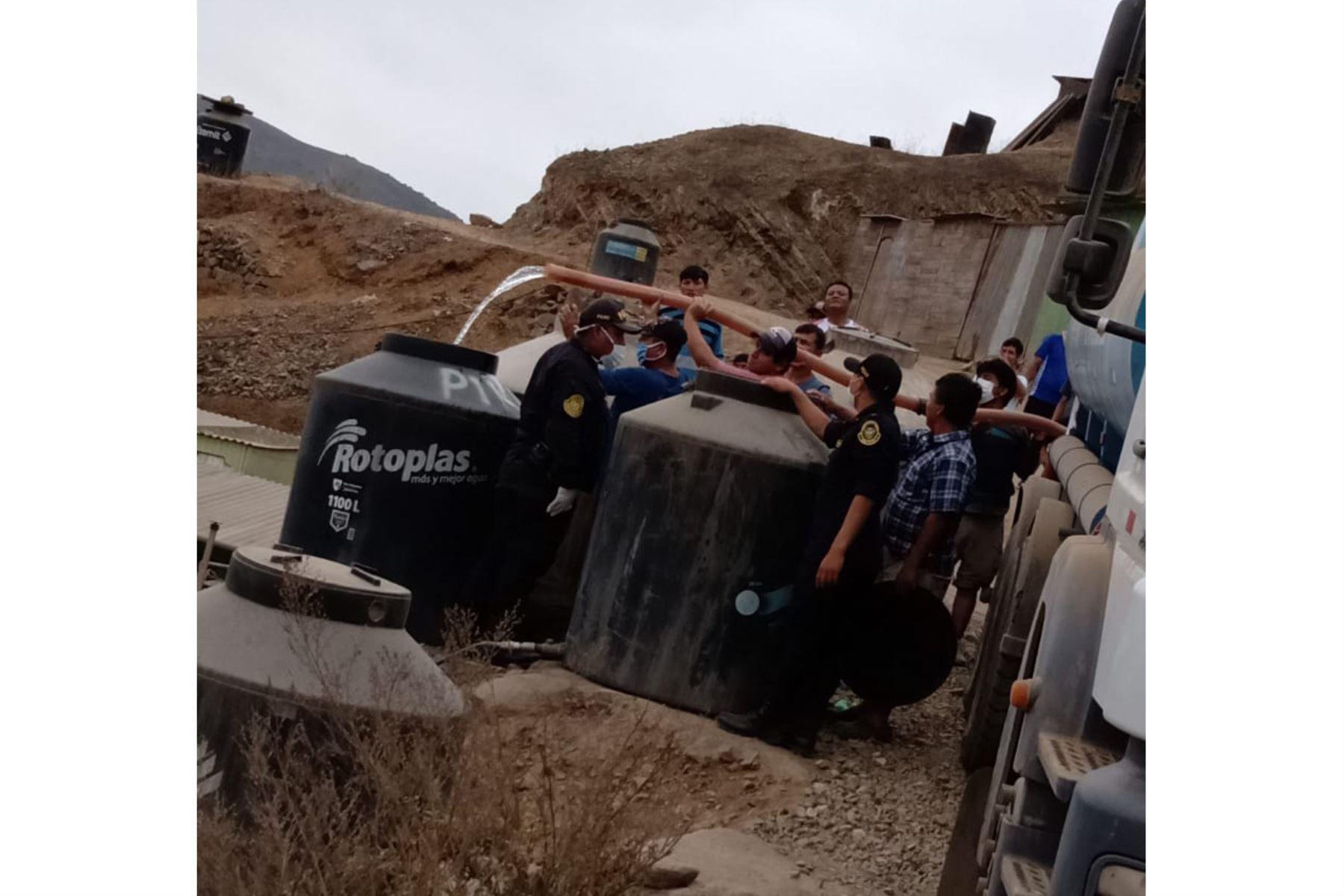 Policía Nacional del Perú distribuye alimentos y agua en cisternas a familias de asentamientos humanos de Lima. ANDINA/Difusión