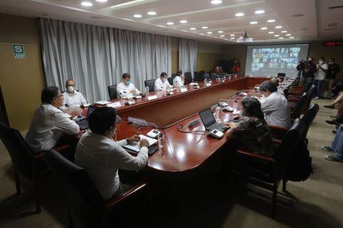 Presidente Vizcarra y ministros de Estado sostienen videoconferencia con gobernadores regionales desde el COEN