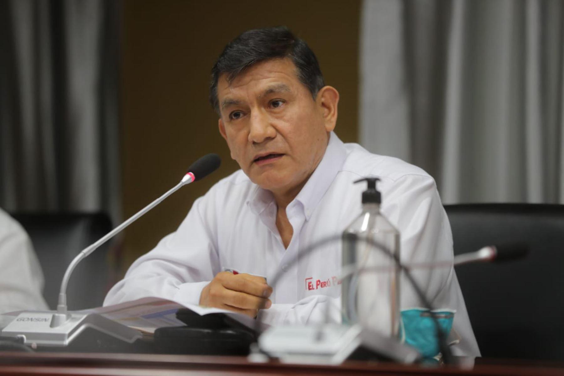 El presidente Vizcarra junto al ministro del Interior   Carlos Moran sostienen videoconferencia con Gobernadores Regionales desde el Centro de Operaciones de Emergencia Nacional (COEN). Foto: ANDINA/Prensa Presidencia