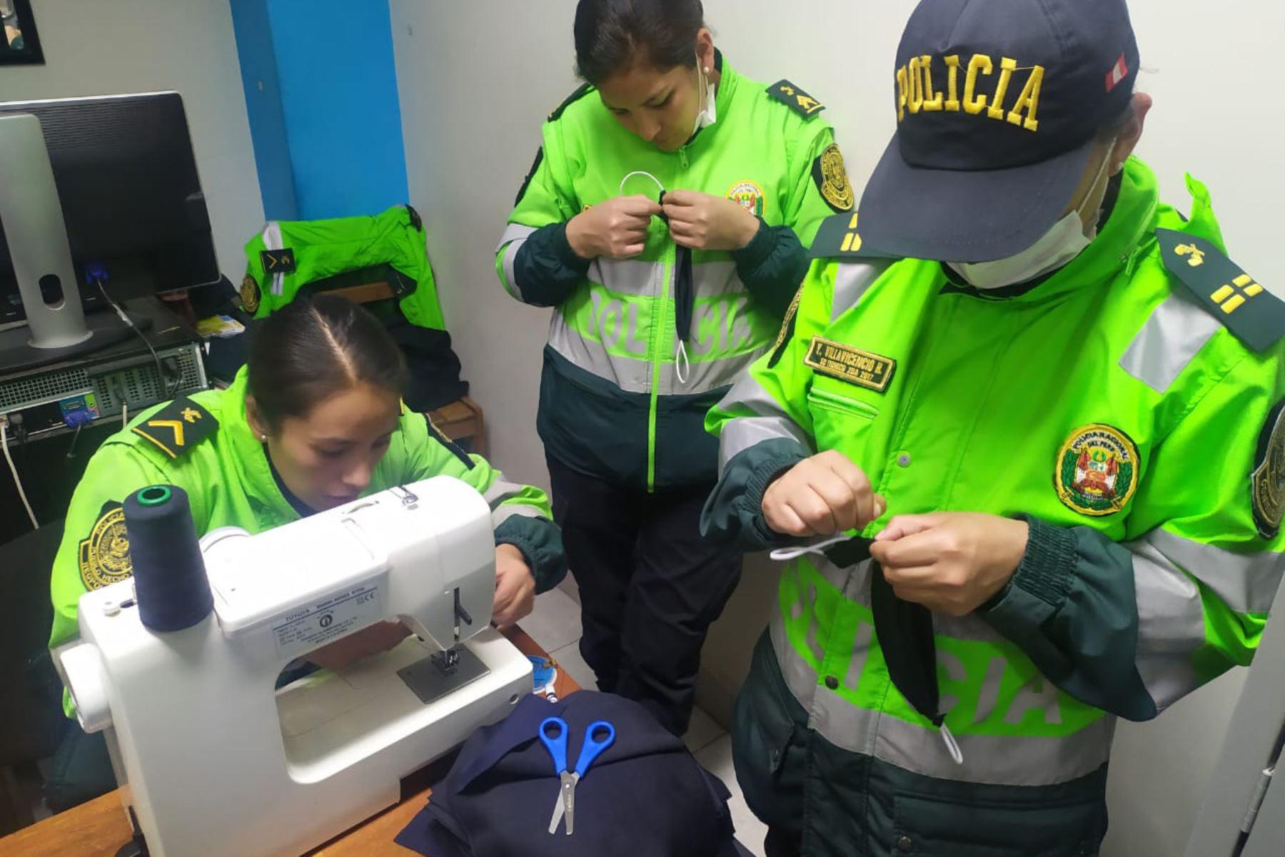 Policías solidarios del distrito cusqueño de Santiago confeccionan mascarillas que repartirán entre adultos mayores y niños. Foto: ANDINA/Percy Hurtado Santillán