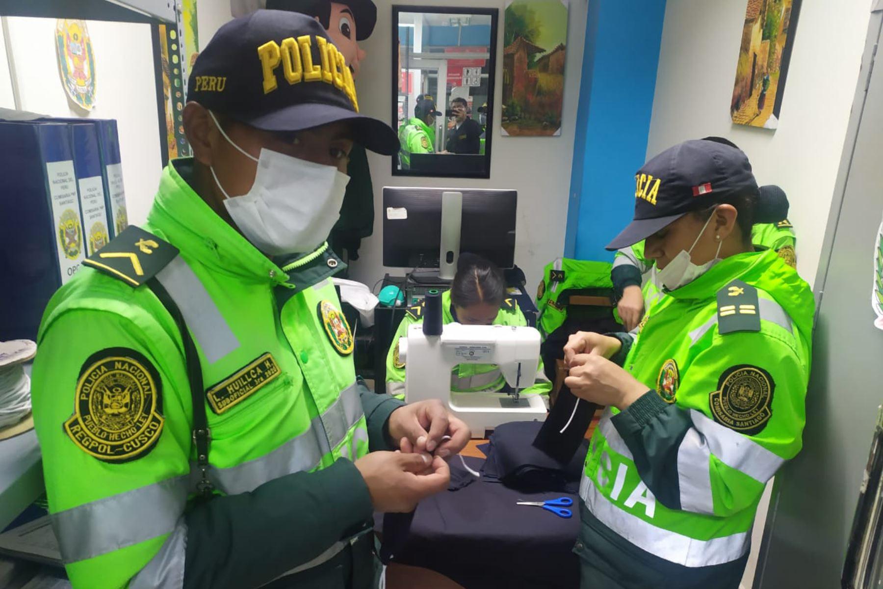 Policías elaboran mascarillas  para regalar a adultos mayores de Cusco. Foto: ANDINA/ Percy Hurtado