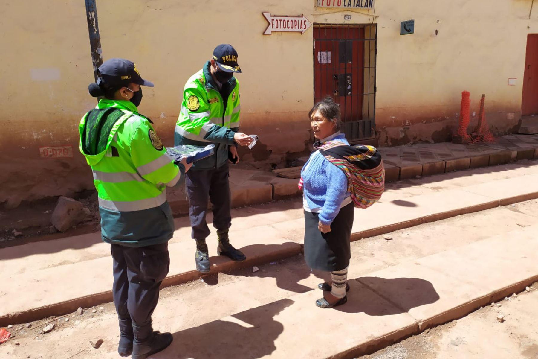 Policías elaboran mascarillas para regalar a adultos mayores en Cuscoñ Foto: ANDINA/ Percy Hurtado