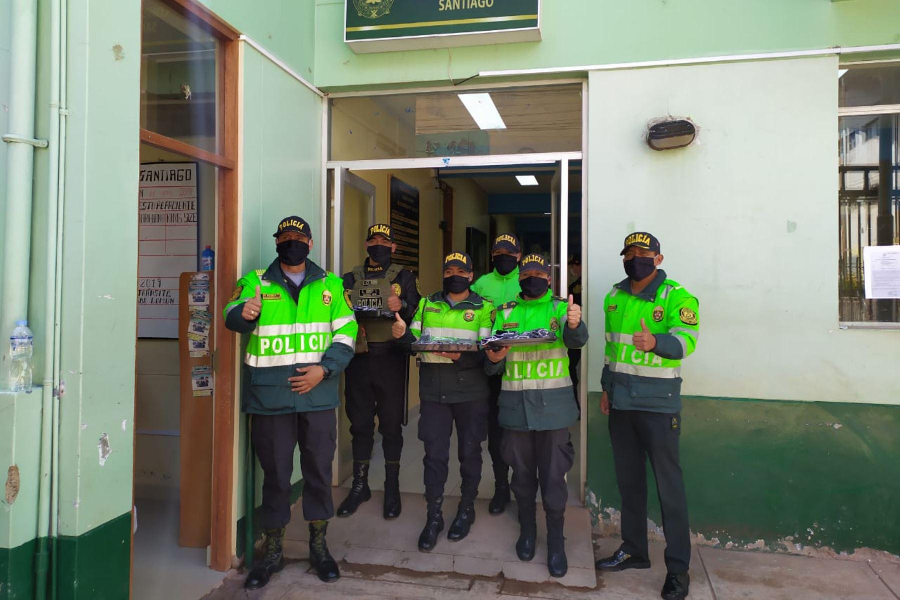 Policías elaboran mascarillas para regalar a adultos mayores en Cusco. Foto: ANDINA/ Percy Hurtado