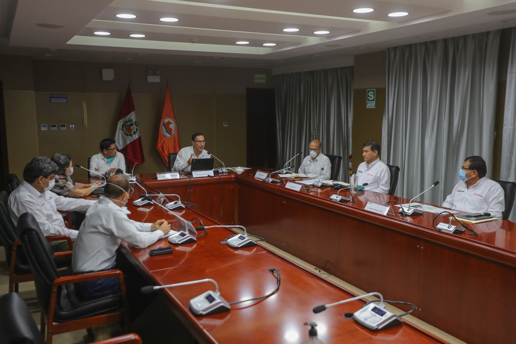 El presidente Vizcarra y Ministros de Estado sostienen videoconferencia con Gobernadores Regionales desde el Centro de Operaciones de Emergencia Nacional (COEN). Foto: ANDINA/Prensa Presidencia