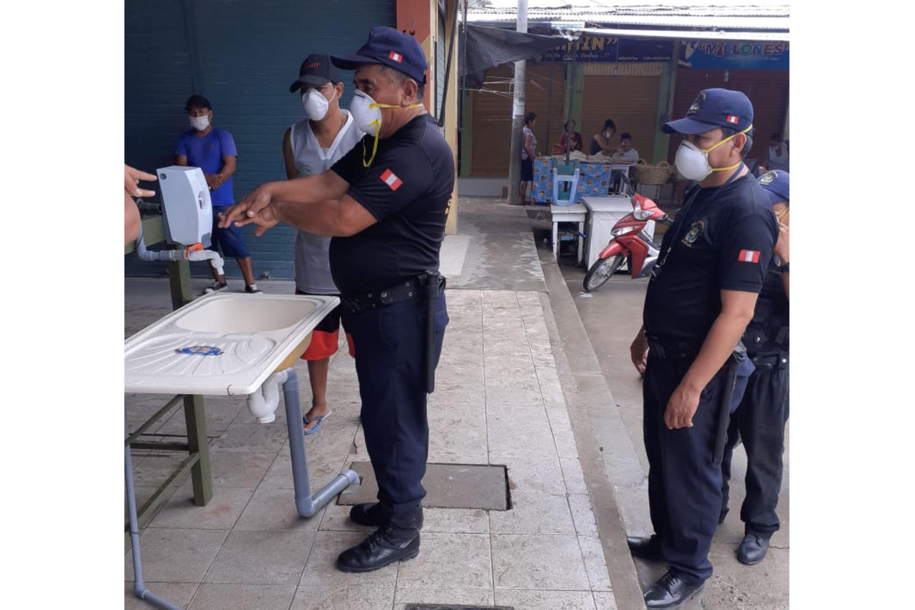 Policías, comerciantes y público hacen uso de lavamanos instalado en el mercado municipal de Bagua. Foto: ANDINA/Difusión