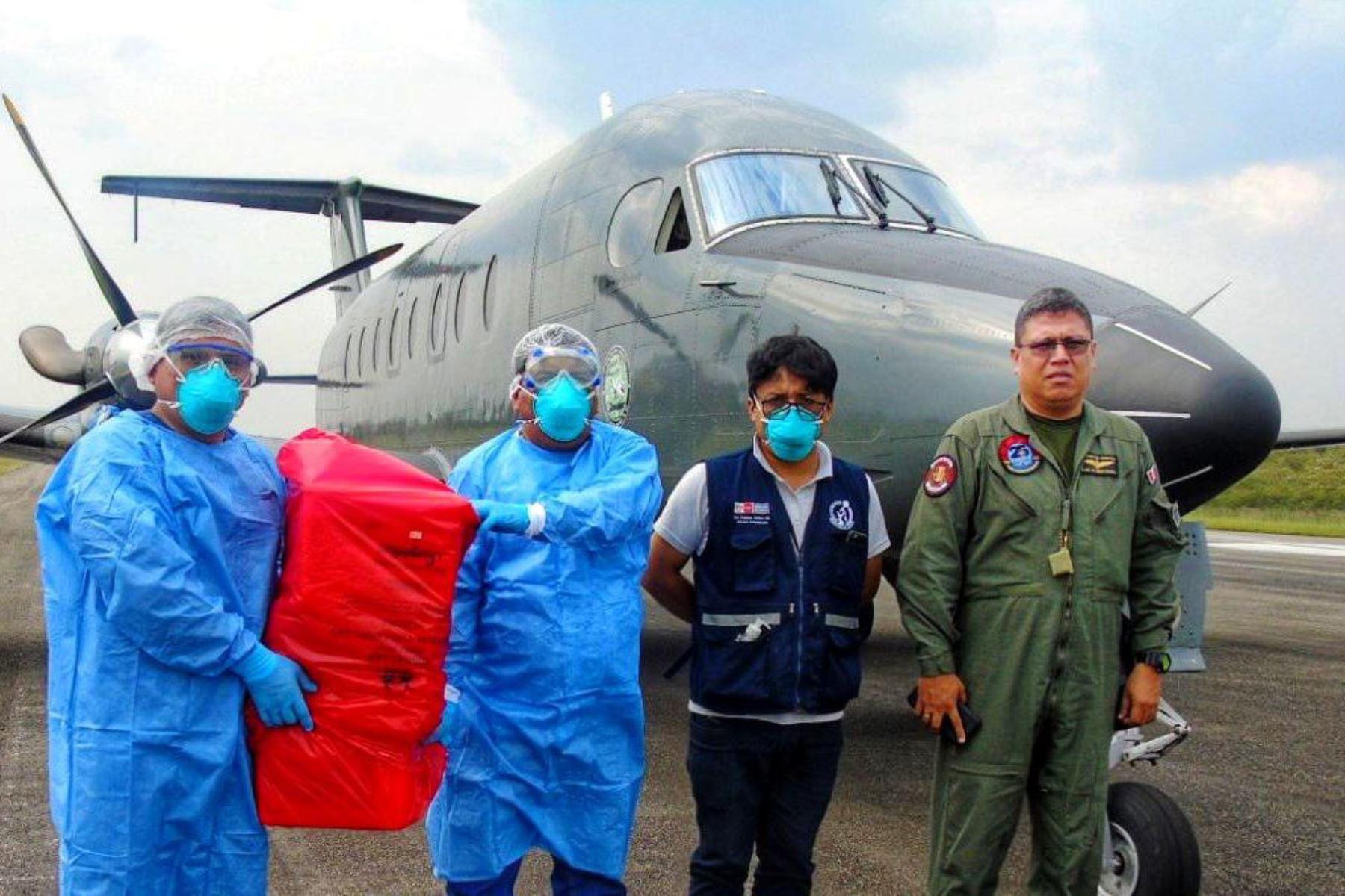 Un avión de la Fuerza Aérea trasladó, desde Cajamarca, muestras de pacientes sospechosos para descarte del coronavirus en Lima.