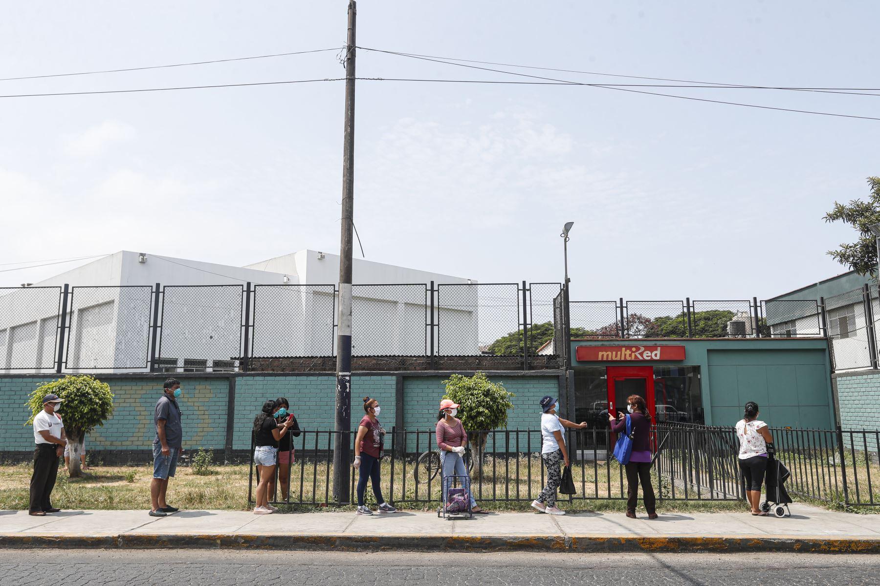 Ciudadanos mantienen su distancia social para retirar dinero de cajero Multired, en Chorrillos. Foto: ANDINA/Renato Pajuelo