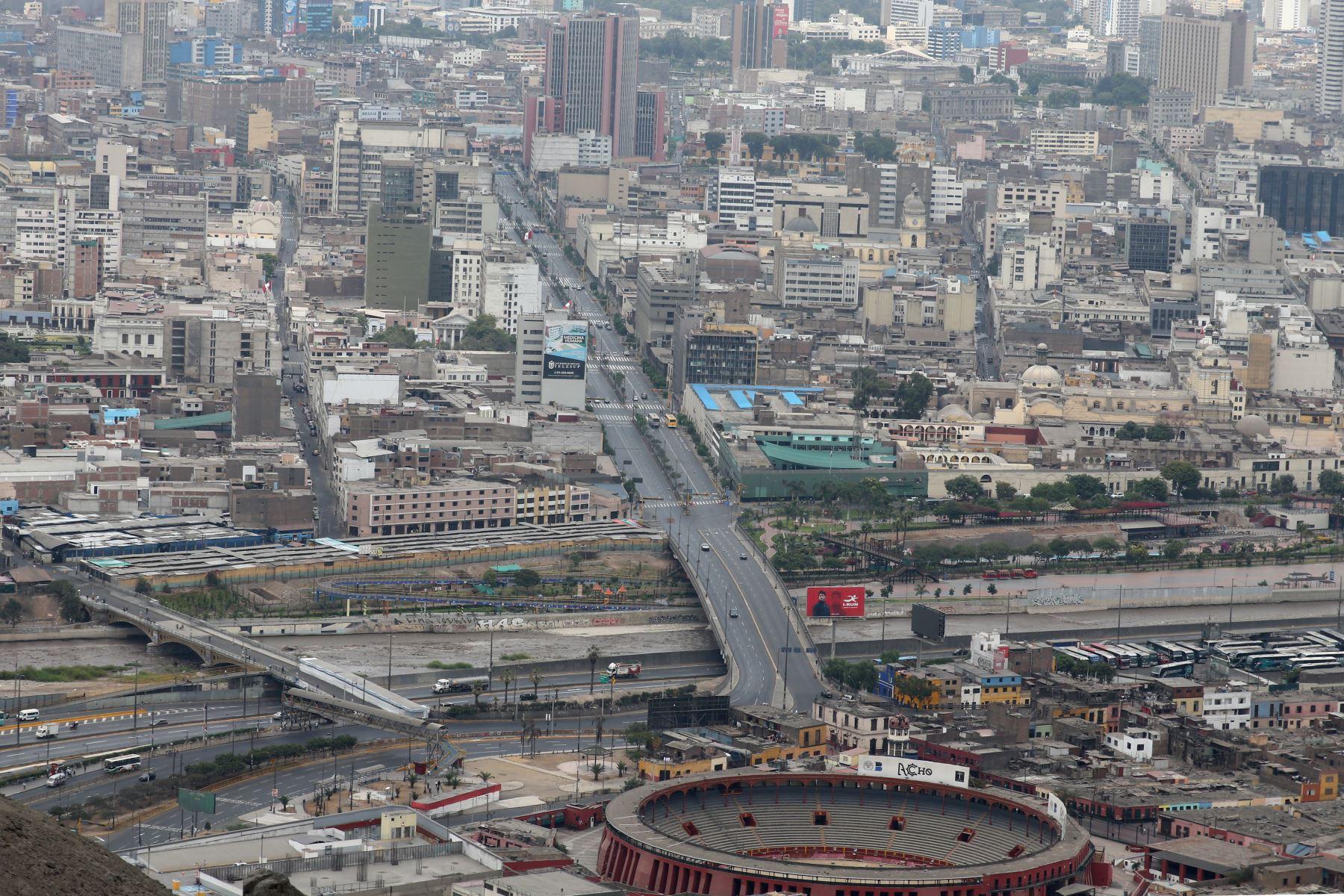 Vista panoramica de Lima   desde el Cerro San Cristobal, durante el día 11 de Estado de Emergencia decretado por el Jefe de Estado en prevención del Covid-19. Foto: ANDINA/Vidal Tarqui