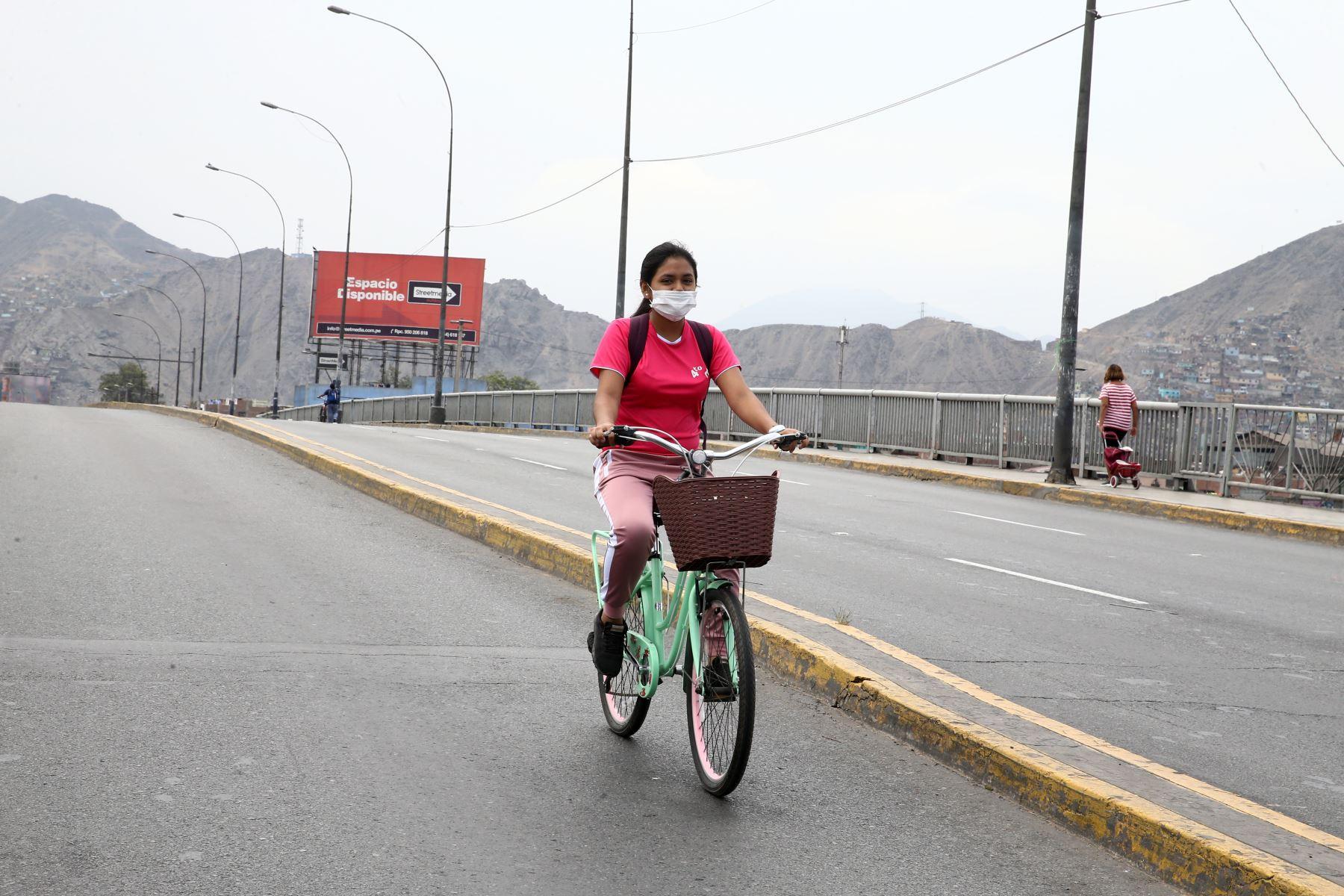 Joven  en bicicleta, recorre la Av. Tacna.  Foto: ANDINA/Vidal Tarqui